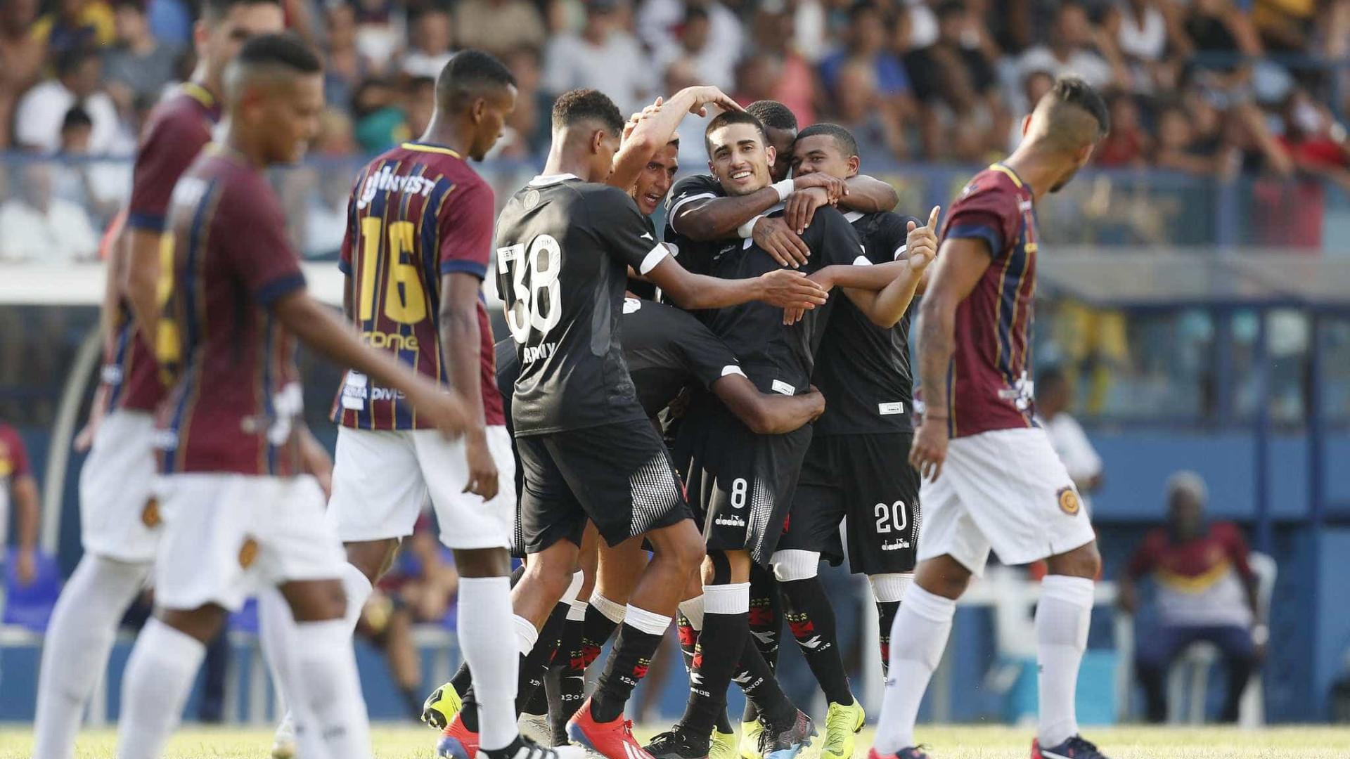 Vasco vence Madureira sob forte calor do Rio na estreia no Carioca