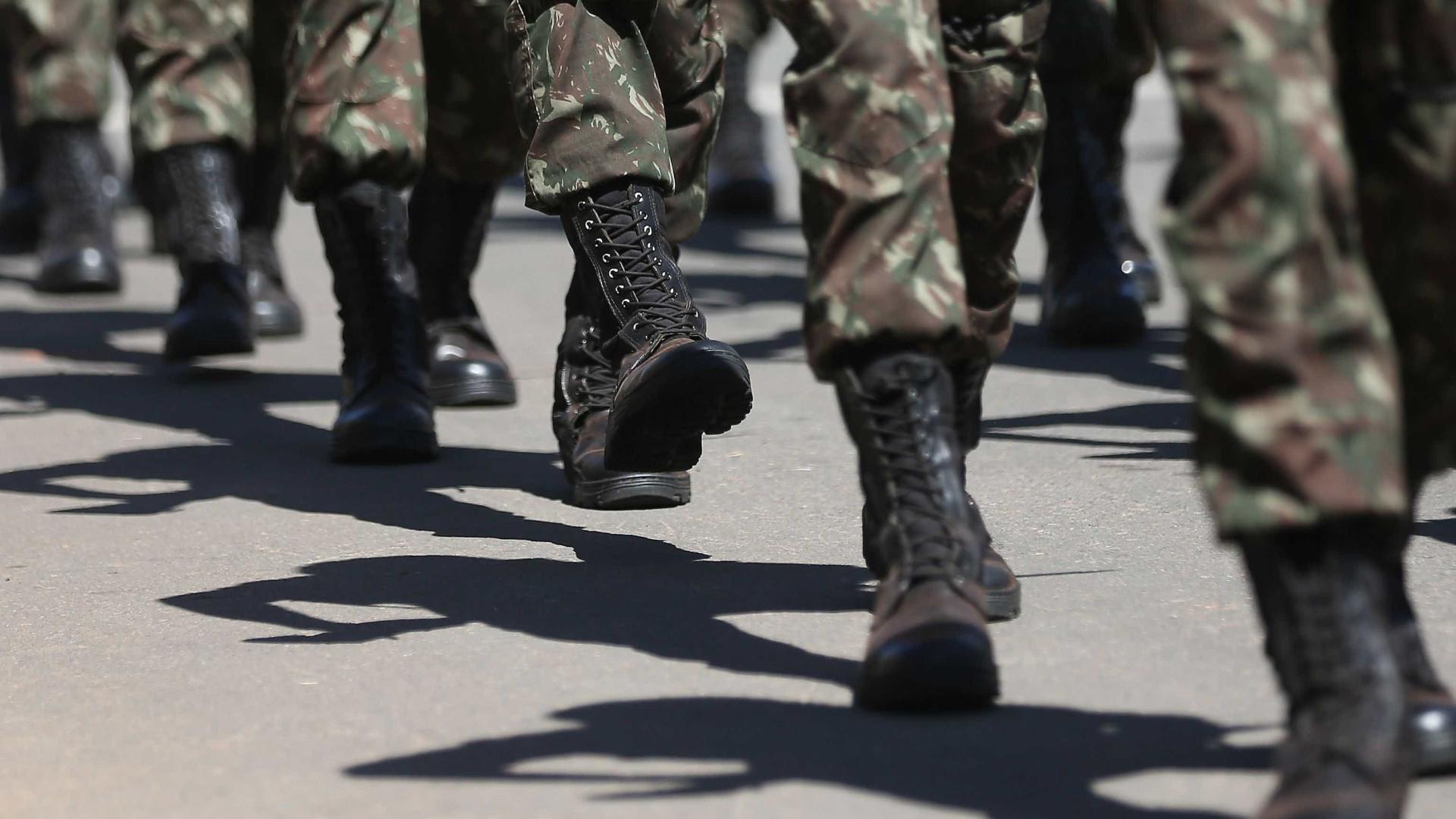 Famílias de militares bloqueiam quartéis em RR por salário atrasado