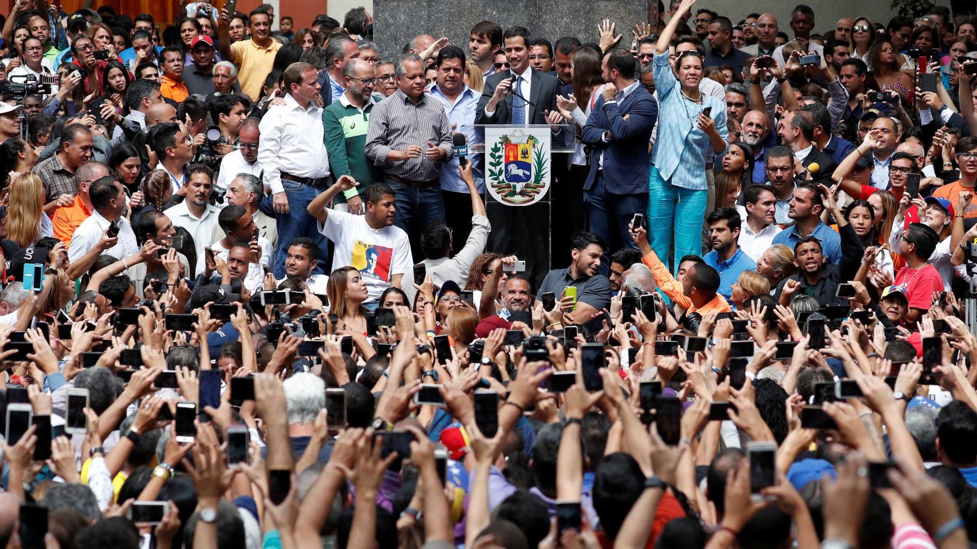 Líder oposicionista aparece e pede que população siga nas rua