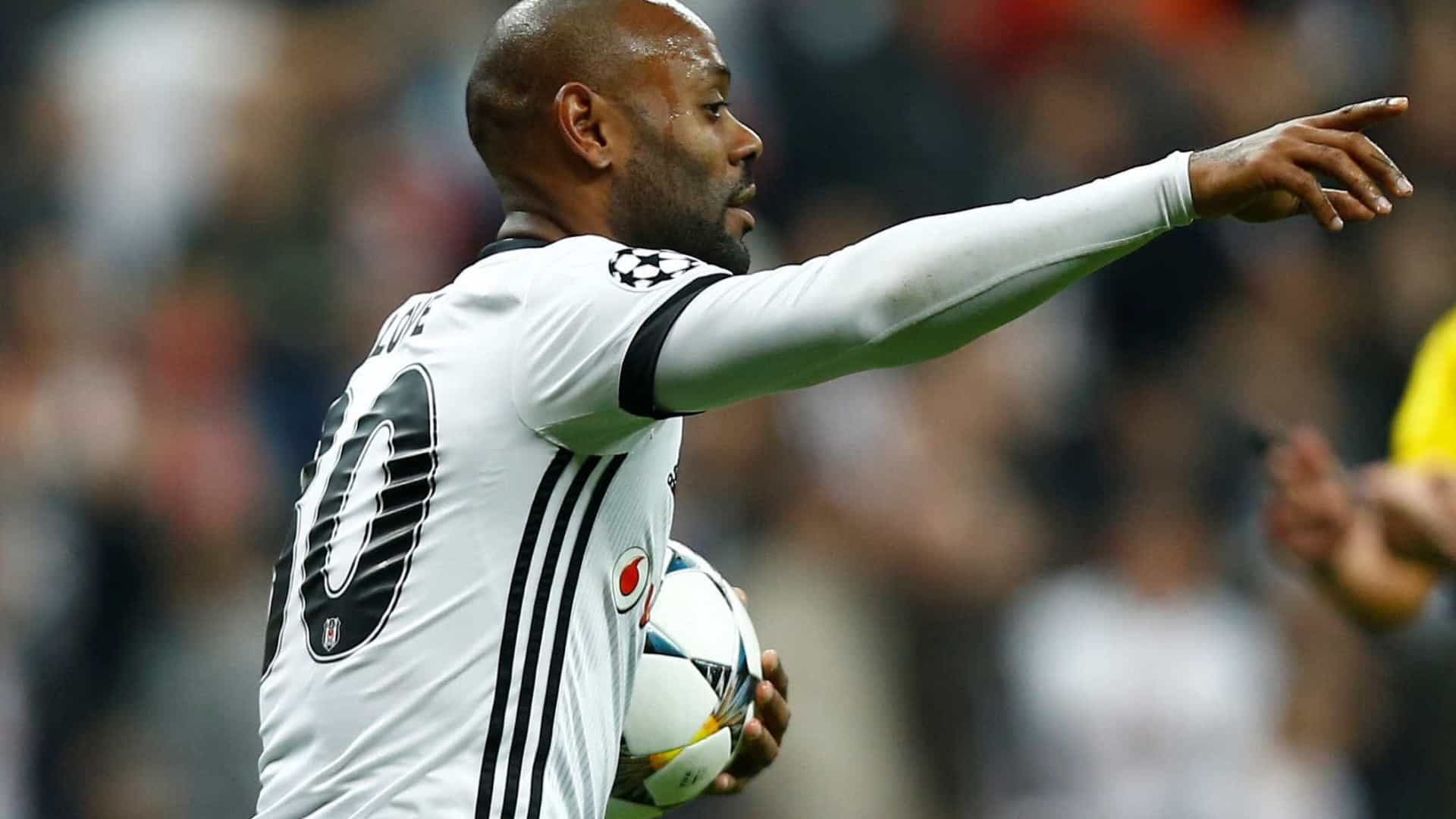 Corinthians descarta volta do zagueiro Gil e monitora Vagner Love