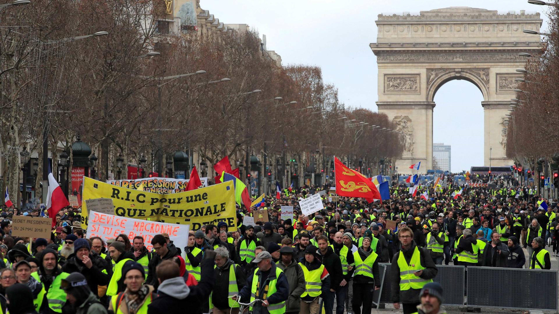 Manifestante perde a mão em protesto dos coletes amarelos em Paris