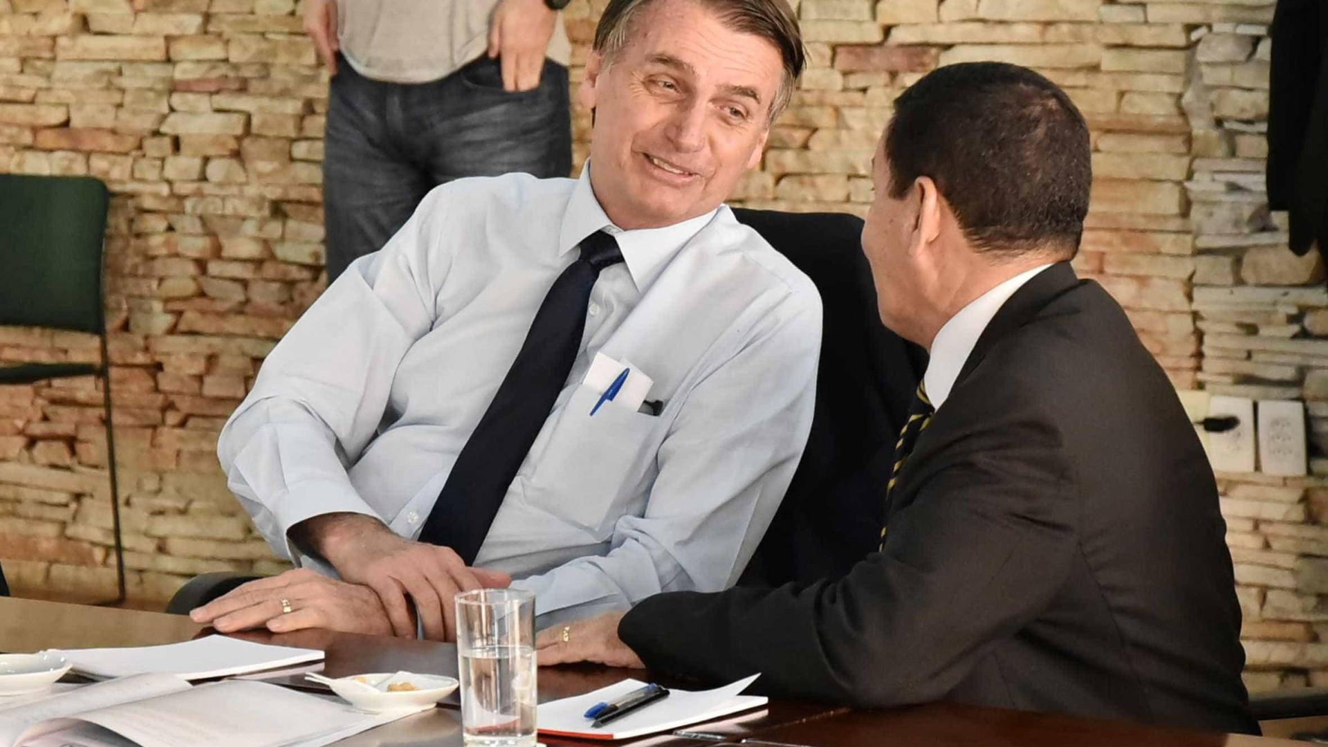 'Você quer me matar?', brinca Bolsonaro com Mourão