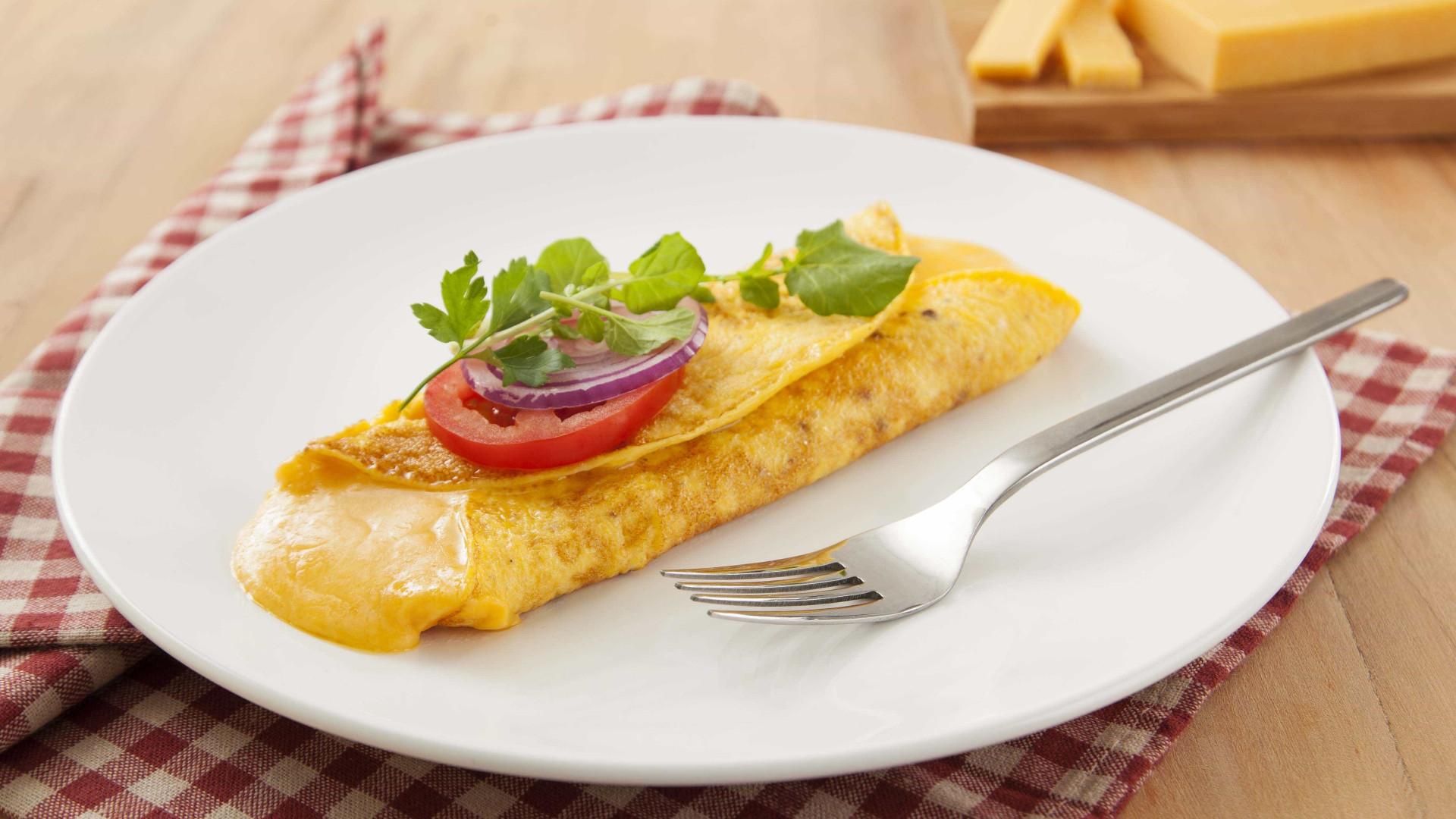 Ideal para qualquer ocasião, aprenda a fazer omelete com queijo reino