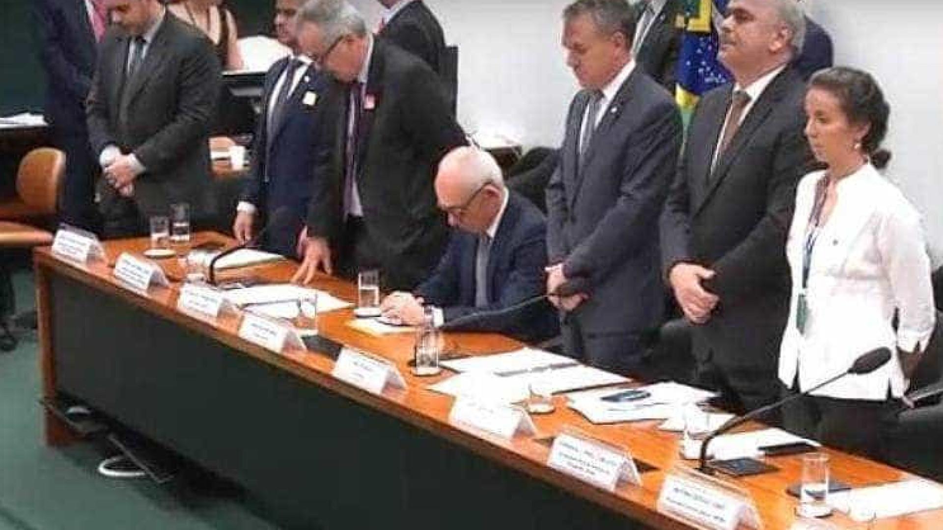 Câmara faz minuto de silêncio; presidente da Vale não se levanta