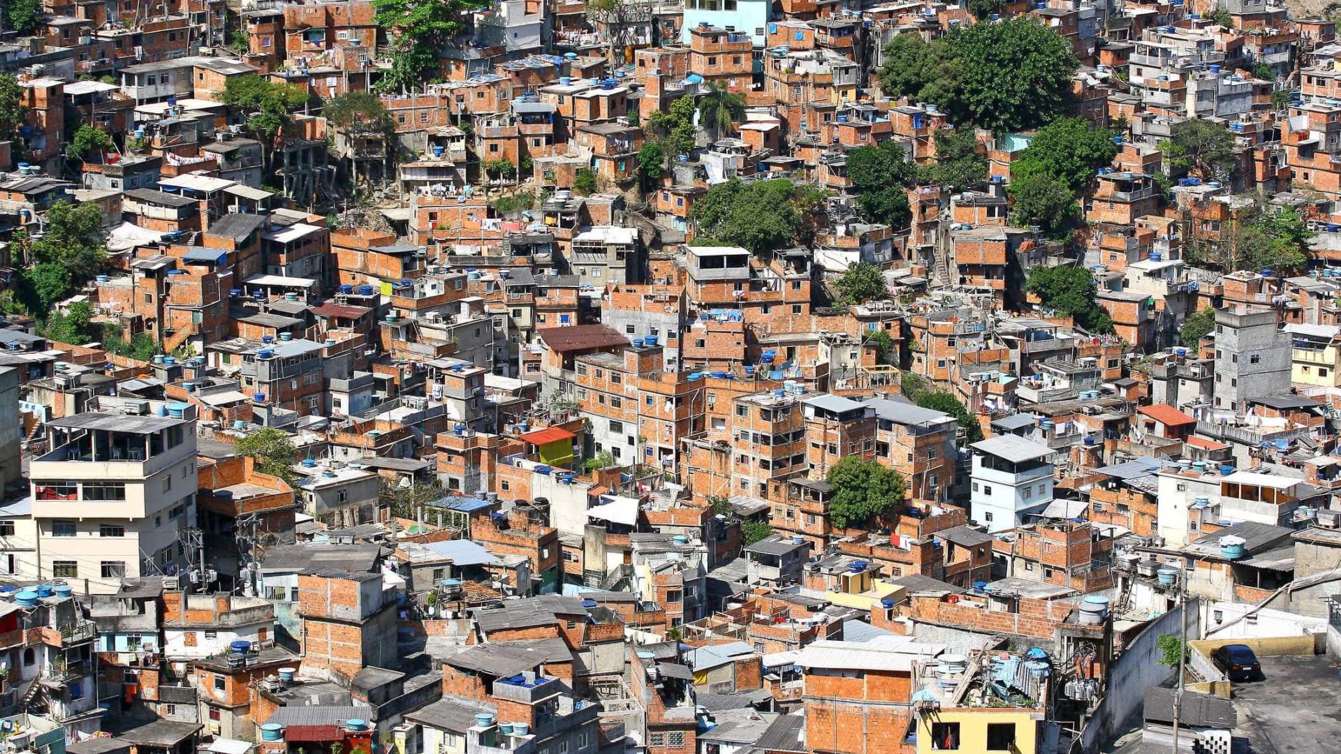 PM apreende 800 quilos de drogas e 46 granadas em favela no RJ