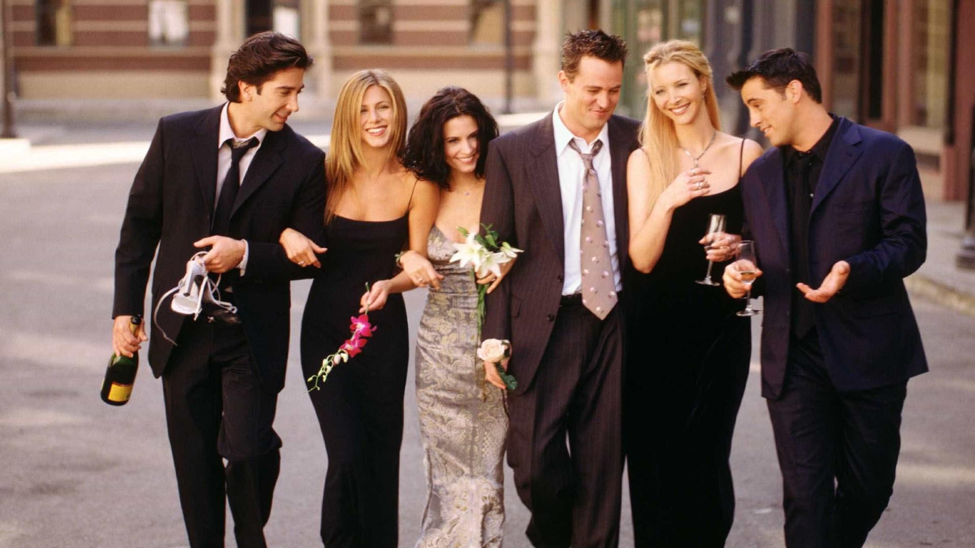Elenco de Friends se une para ajudar Matthew Perry com vício em drogas
