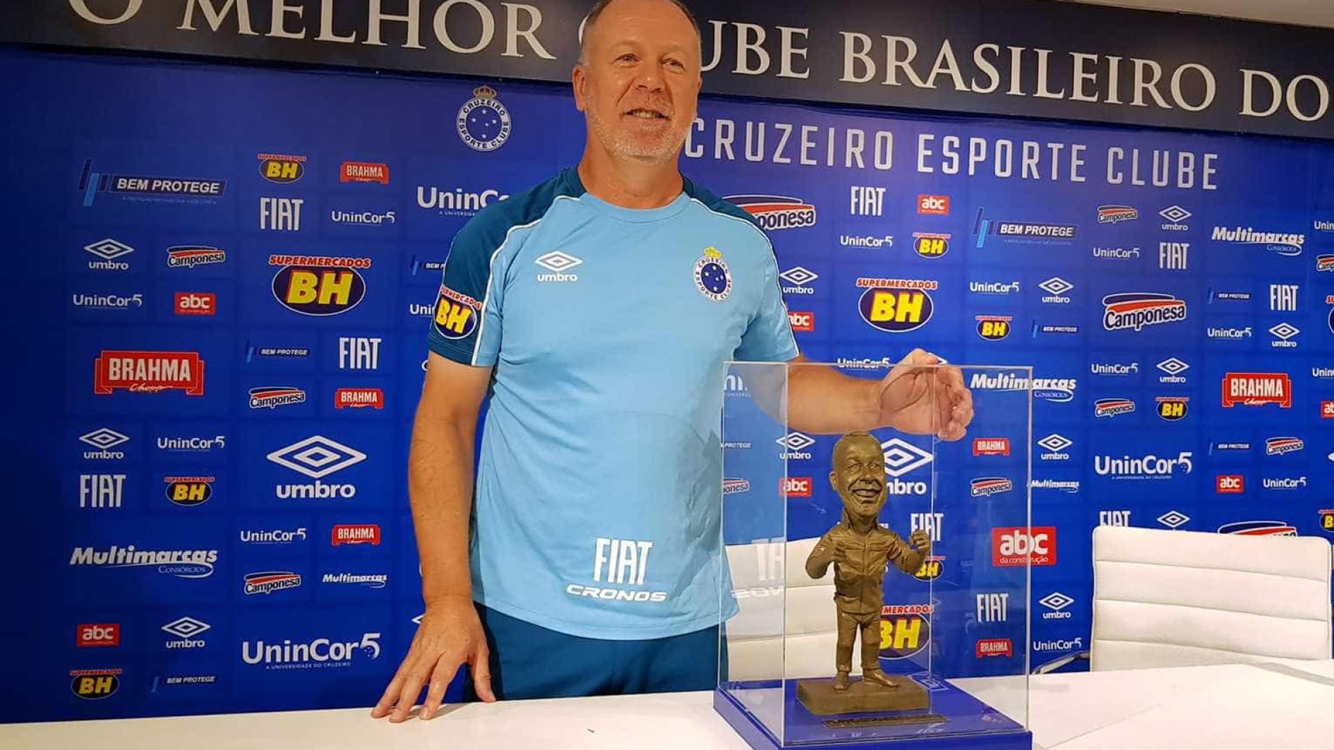 Mano Menezes é homenageado por 200 jogos e ganha estatueta no Cruzeiro