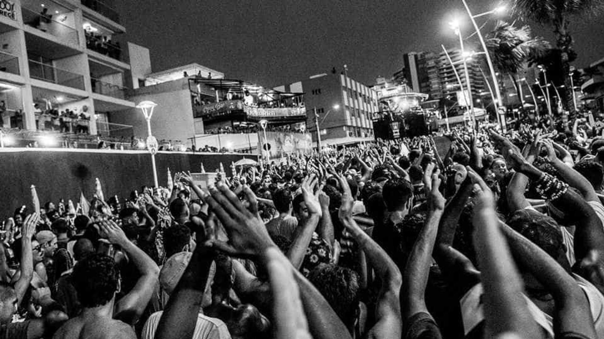 Bolsonaro é alvo de protesto no show da BaianaSystem em Salvador