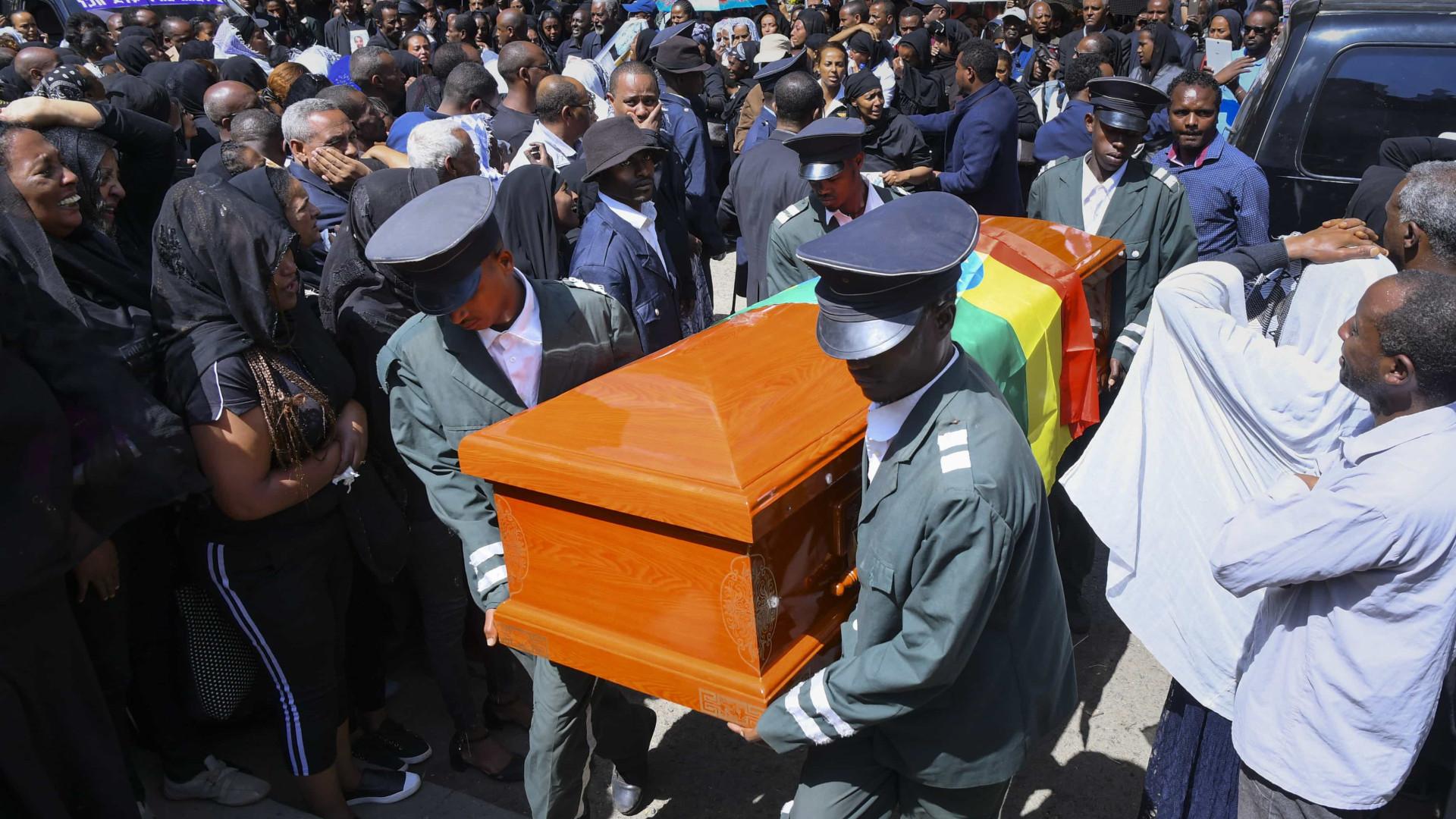 Etiópia: milhares participam de funeral para vítimas de acidente aéreo