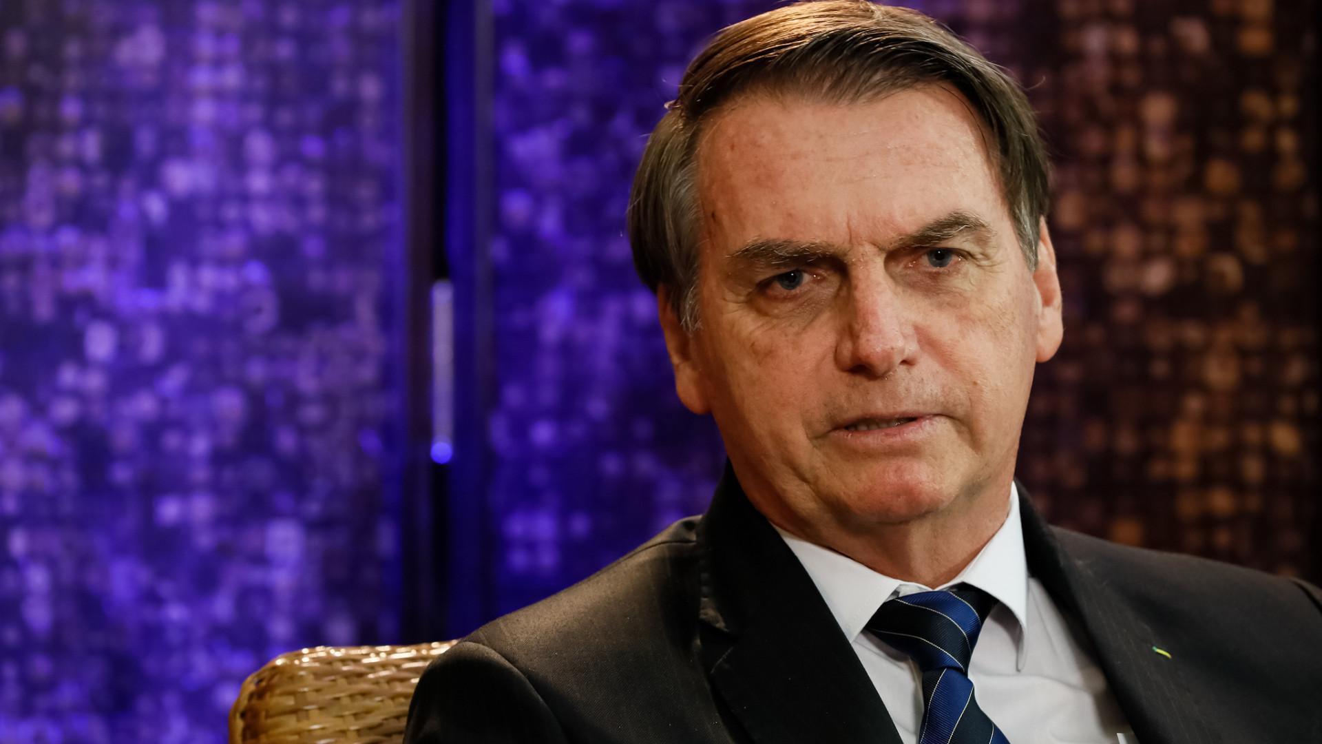 Planalto causa constrangimento ao enviar foto de Bolsonaro a embaixadas