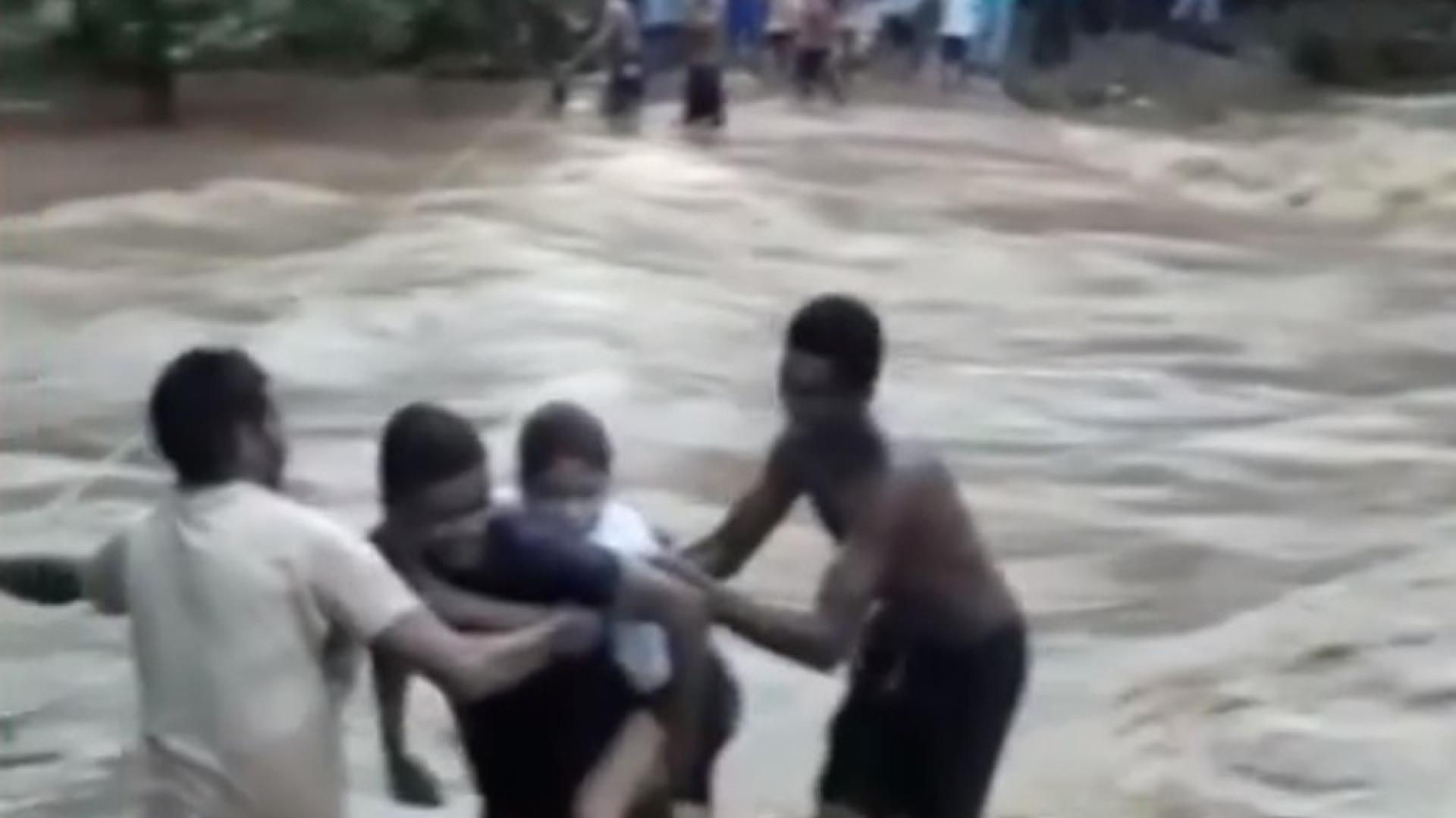 Vídeo mostra alunos cruzando rio com corda; 6 morreram em temporais