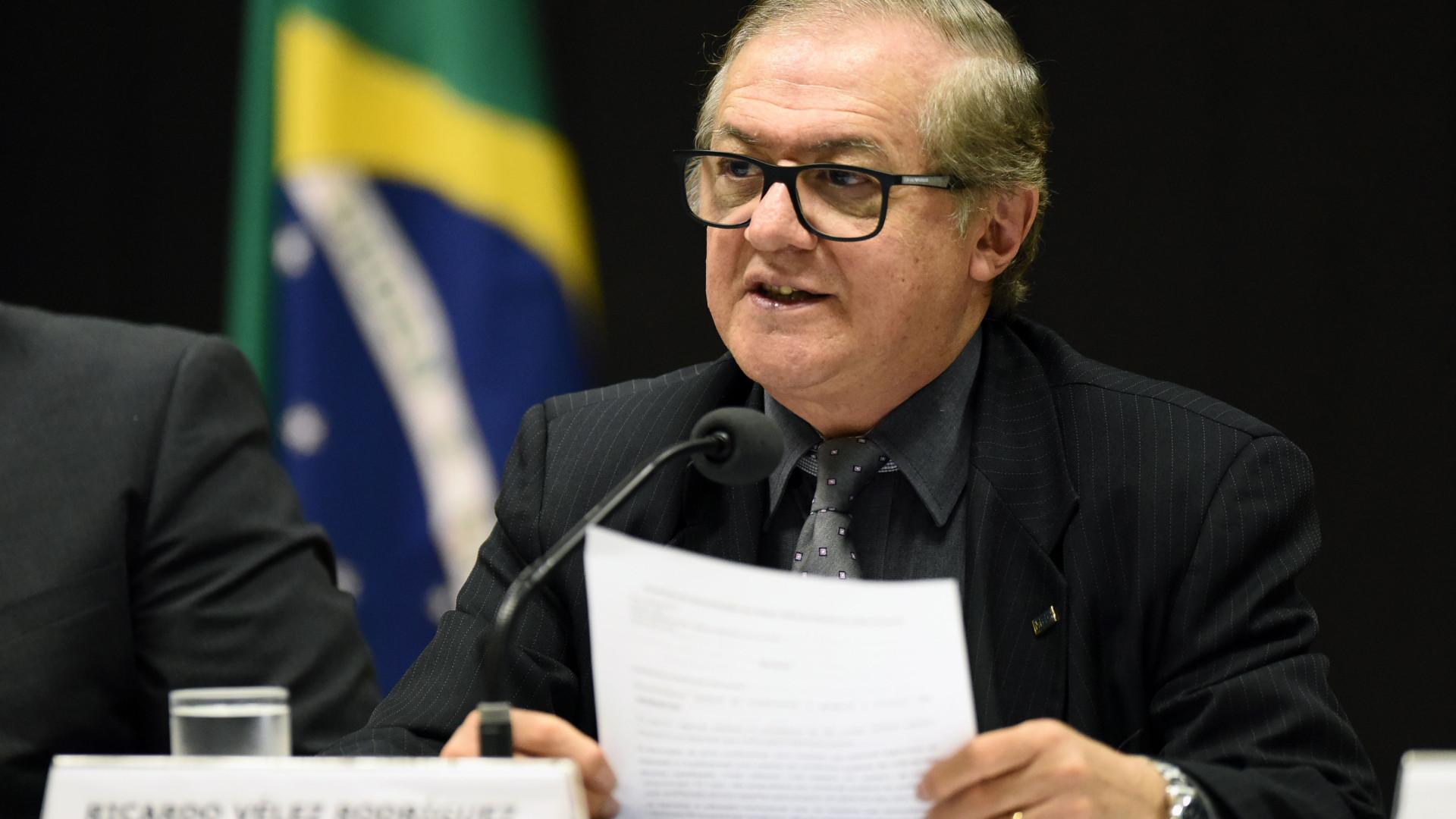 Livros didáticos vão negar golpe militar e ditadura, afirma ministro