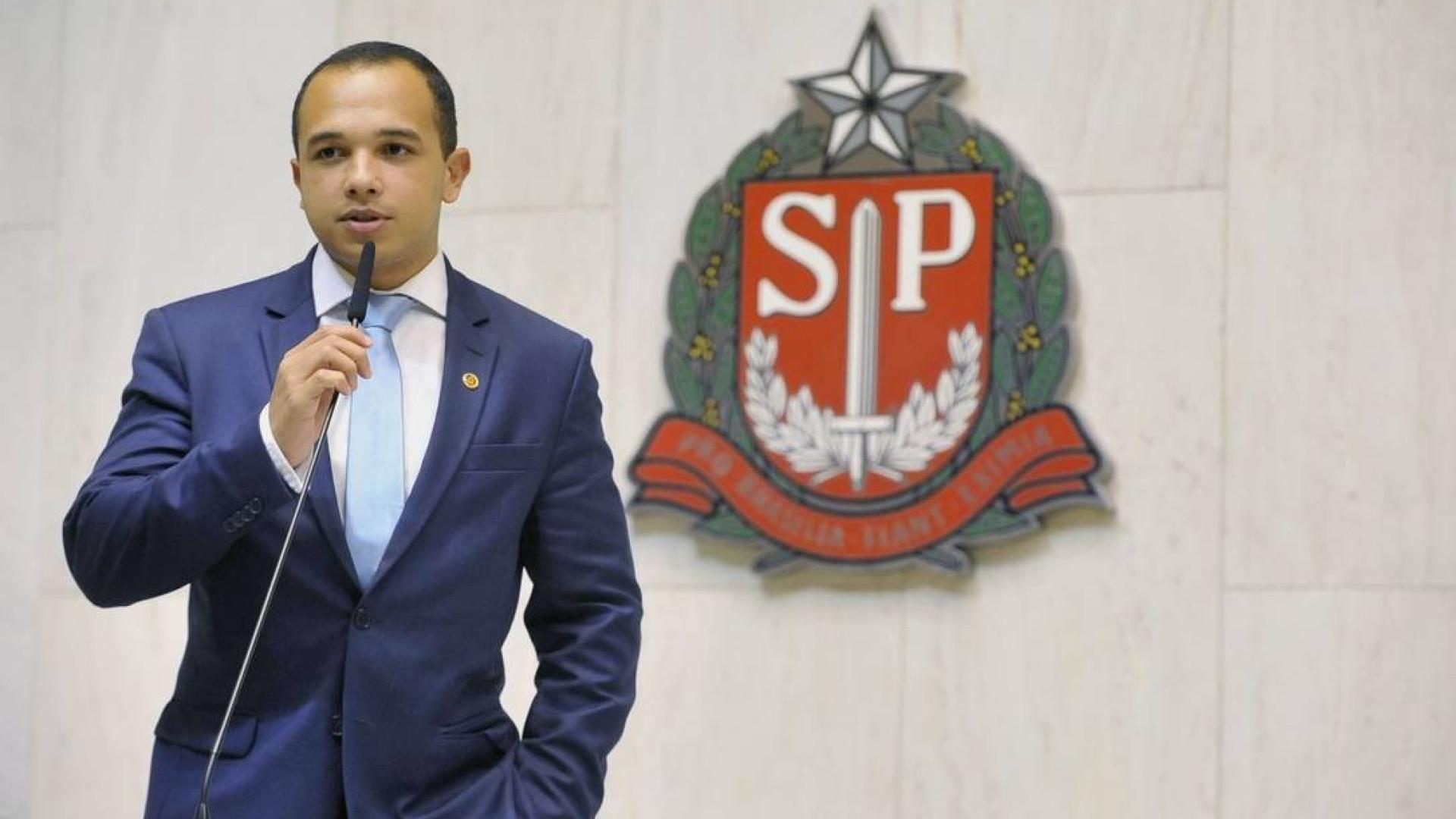 Deputado do PSL revela ser gay após atrito com deputada trans em SP