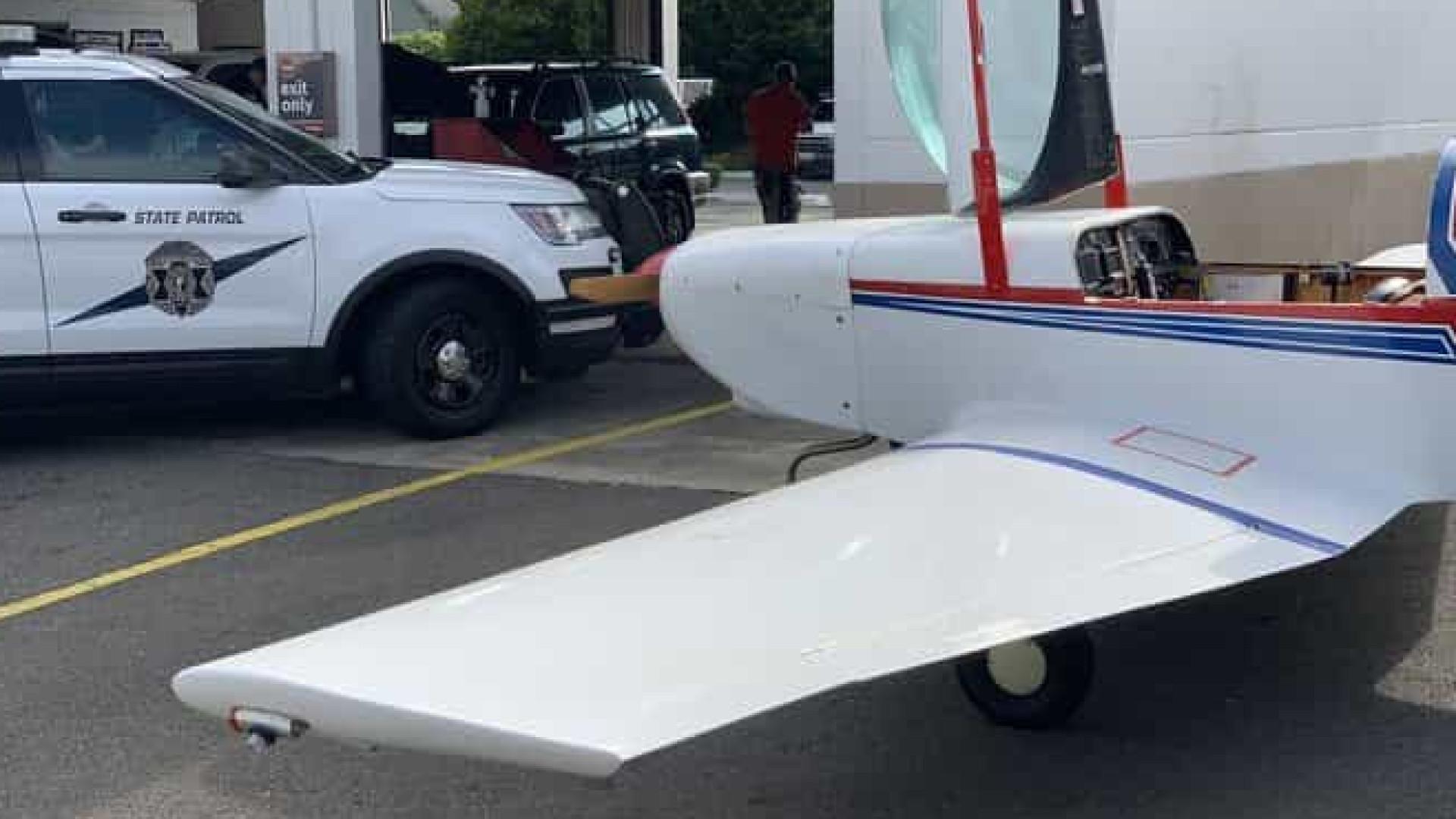 Piloto faz pouso de emergência em estrada nos Estados Unidos