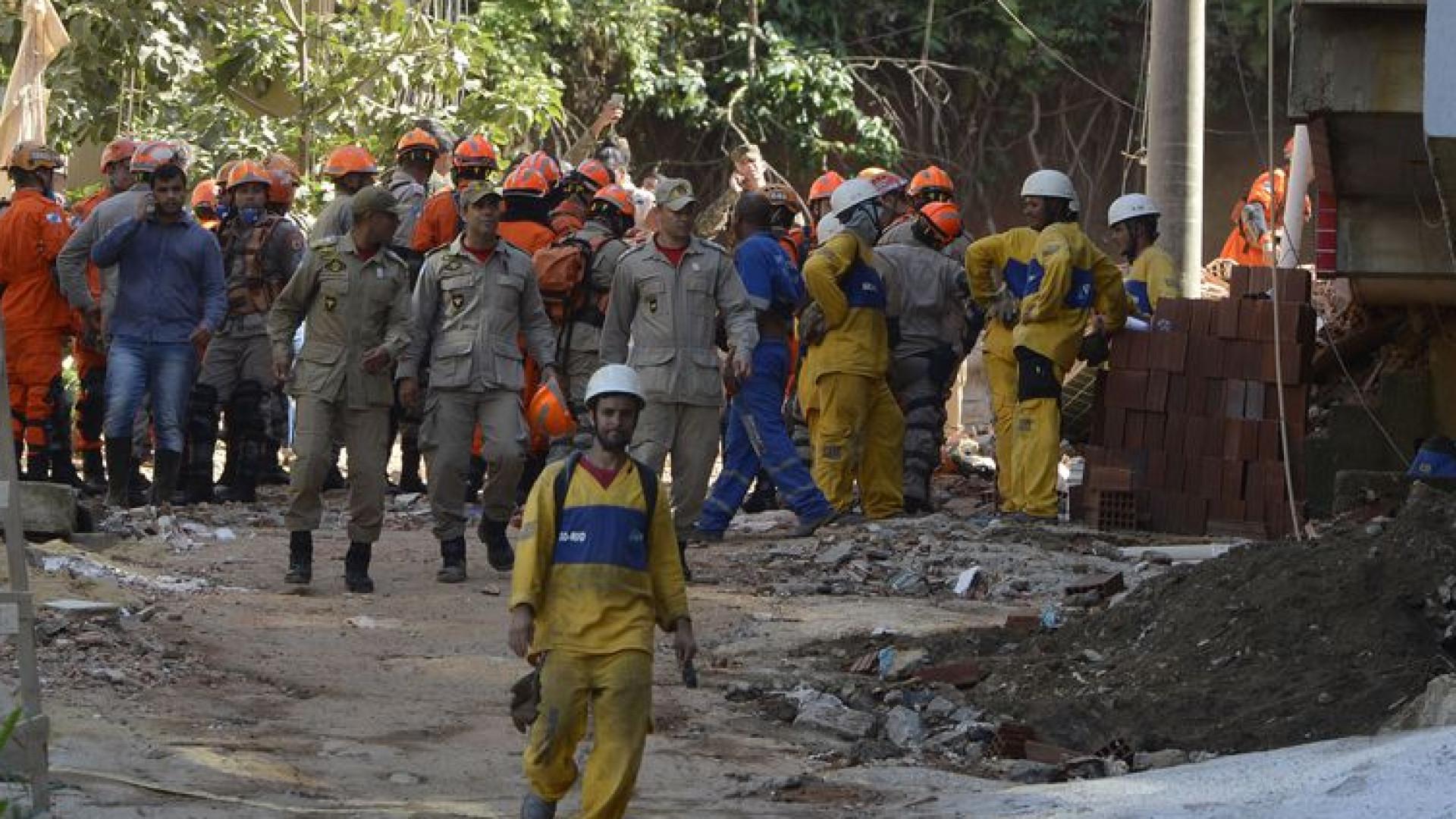 Bombeiros resgatam duas vítimas de desabamento no Rio