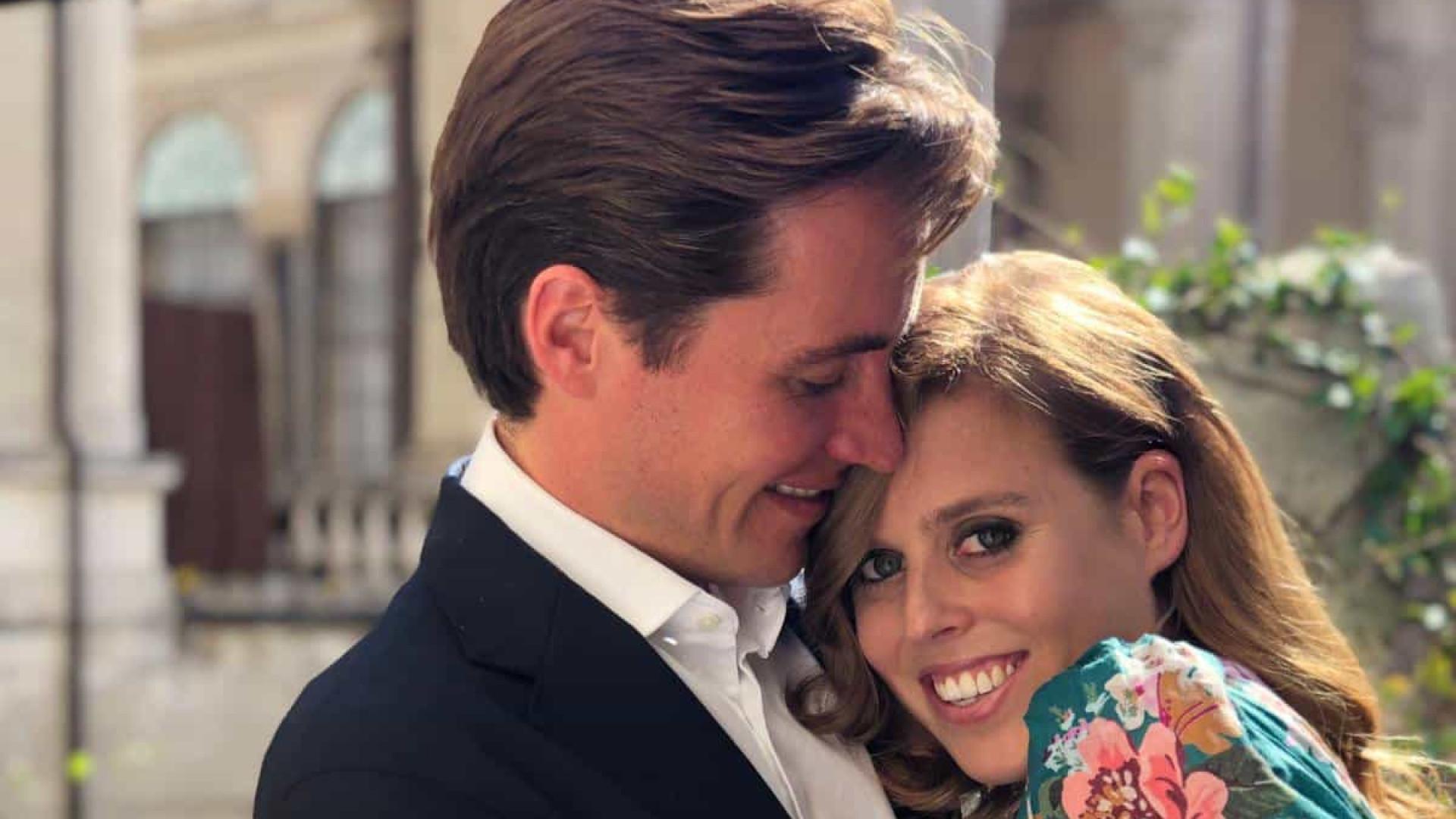 Princesa Beatrice surge pela primeira vez em público após ficar noiva