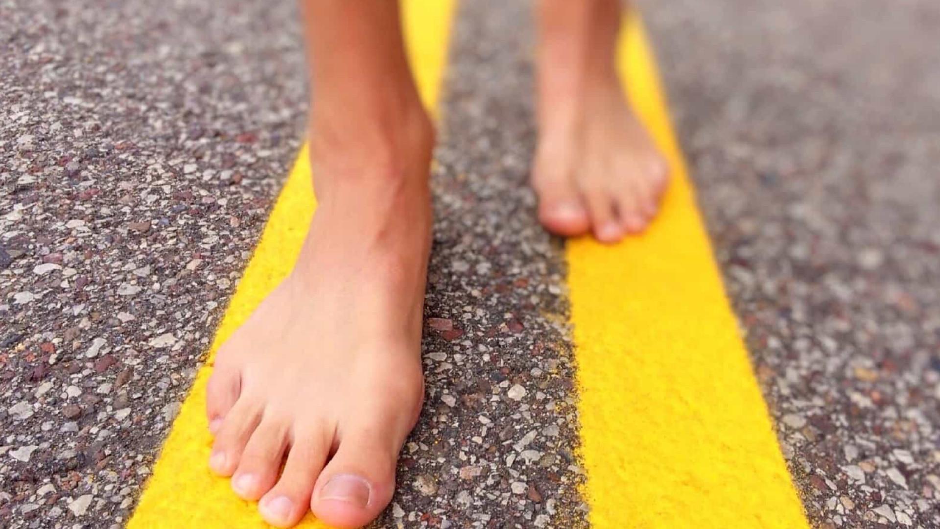 Correr descalço pode reduzir risco de lesão no joelho