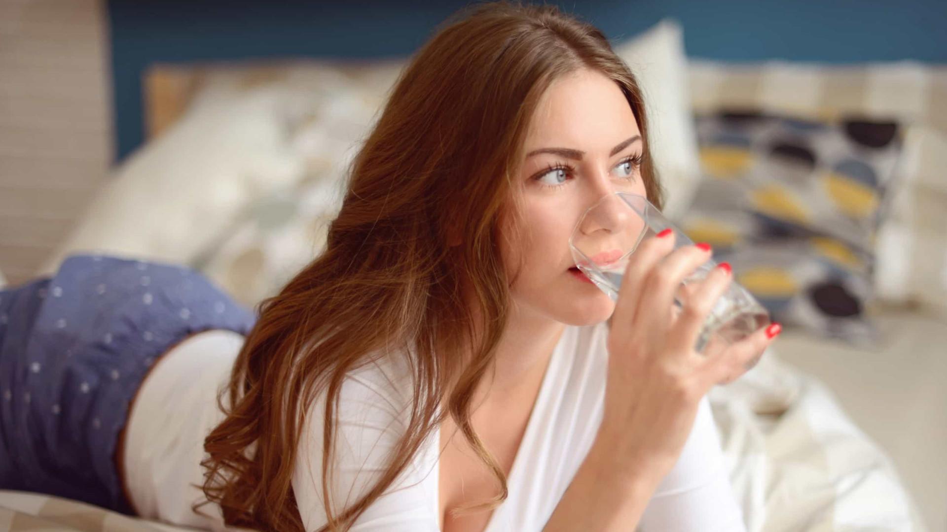 Cinco motivos para beber água assim que acorda