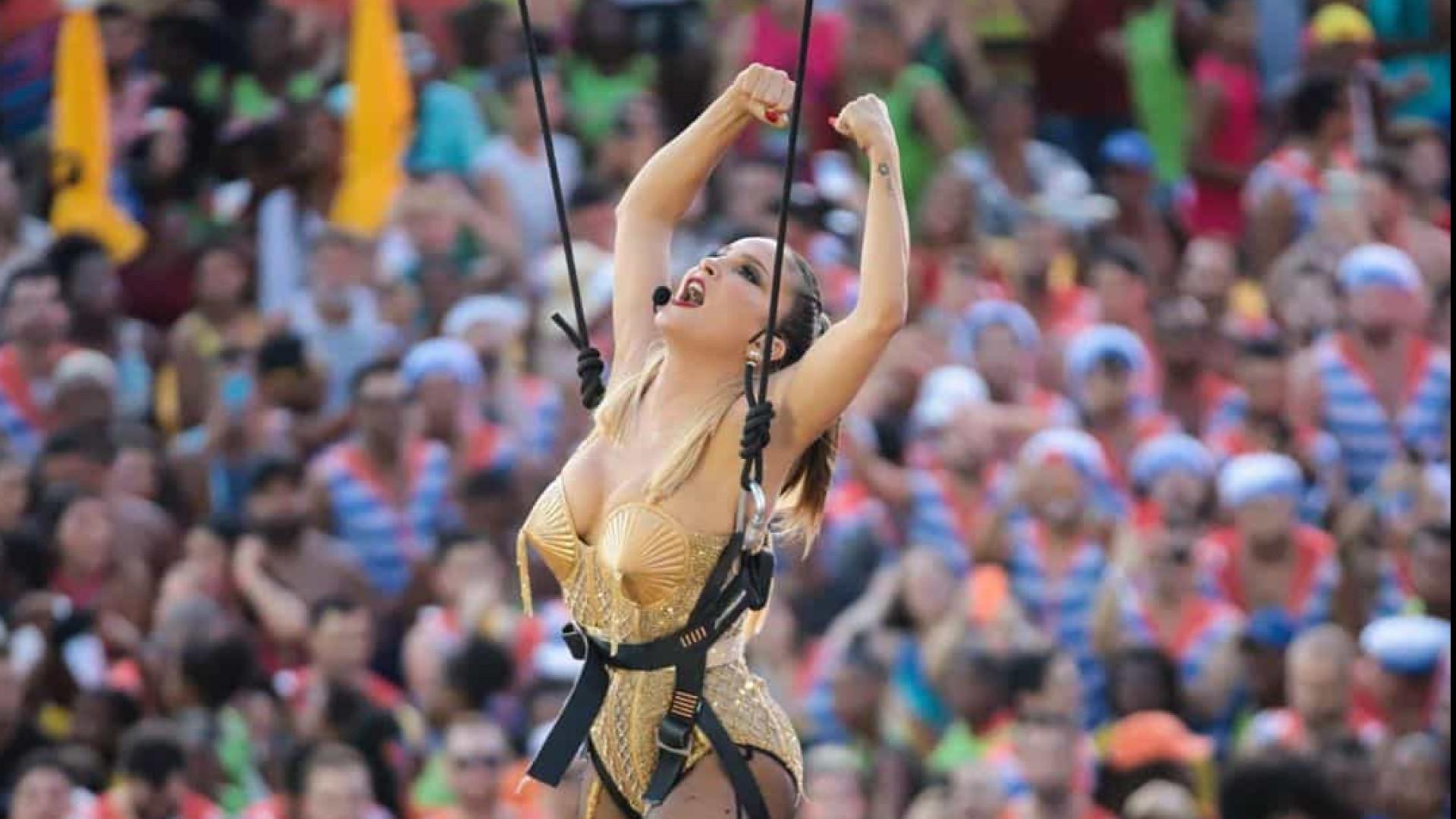 Vestida de Madonna, Claudia Leitte chega 'voando' ao Carnaval