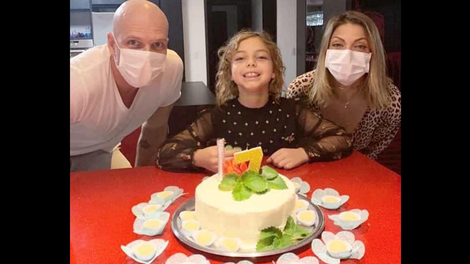 Em meio à quarentena, Sheila Mello comemora aniversário da filha