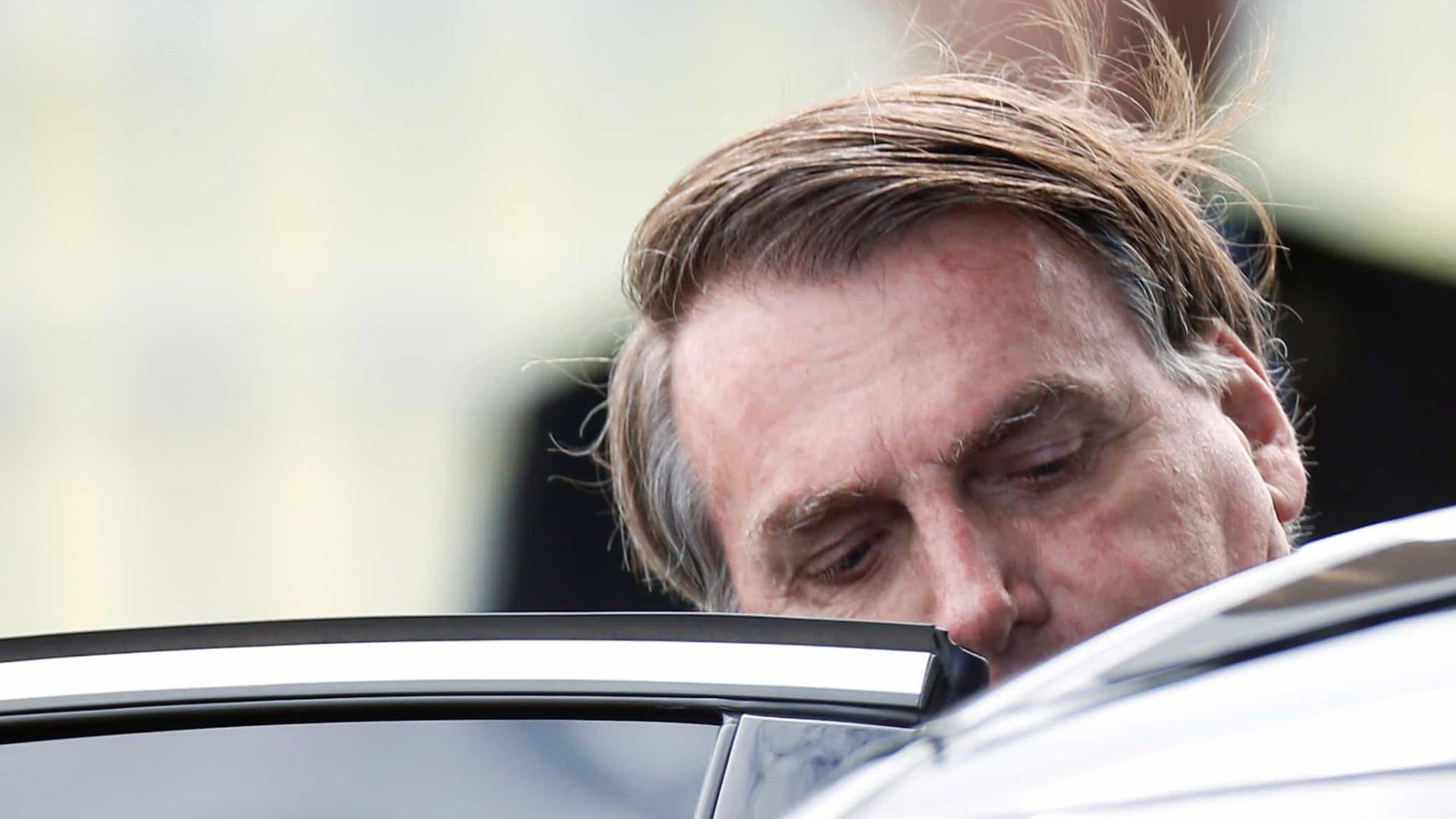 Bolsonaro encara apoiador e evita responder se vai reabrir comércio