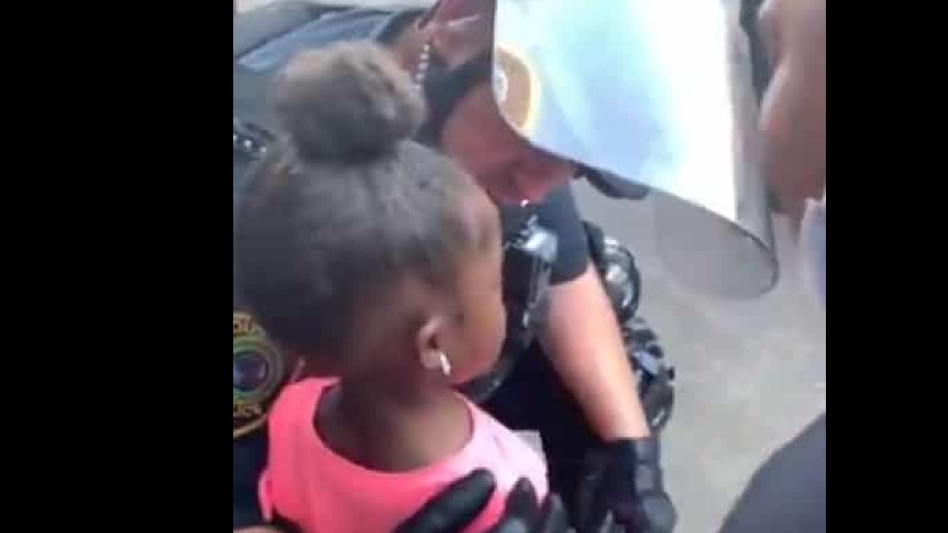 """Em lágrimas, menina pergunta a polícia: """"Vão disparar contra nós?"""""""