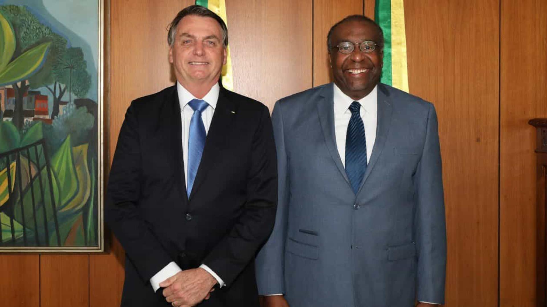 Decotelli encontra Bolsonaro, nega plágio e diz que fica no MEC