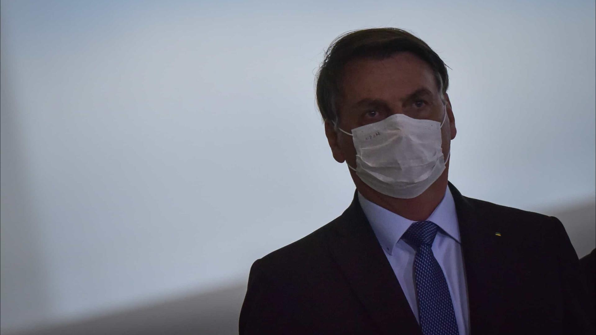 Para provar que está bem, Bolsonaro retira a máscara para falar