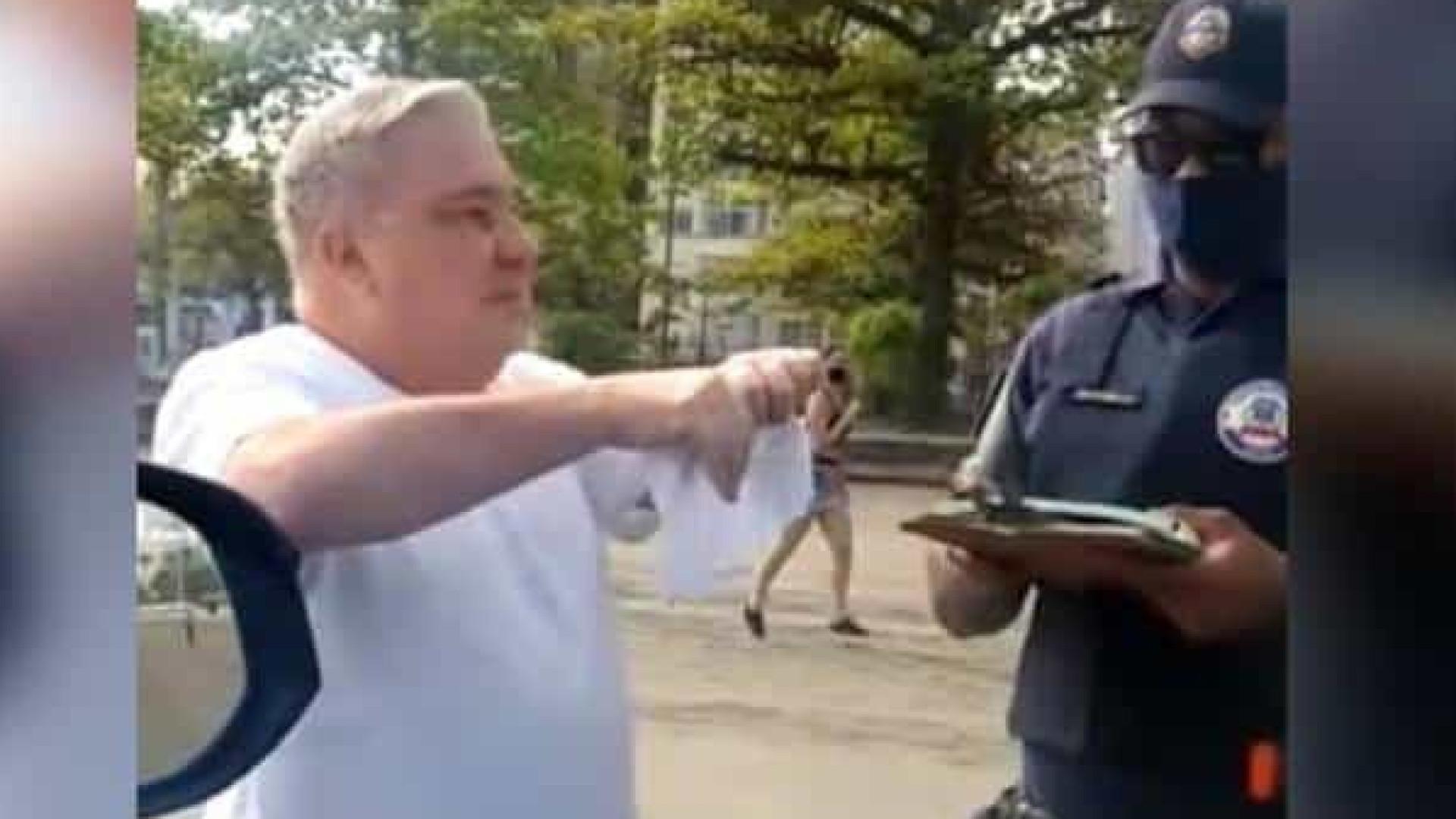 Desembargador é multado e ofende guarda municipal em Santos