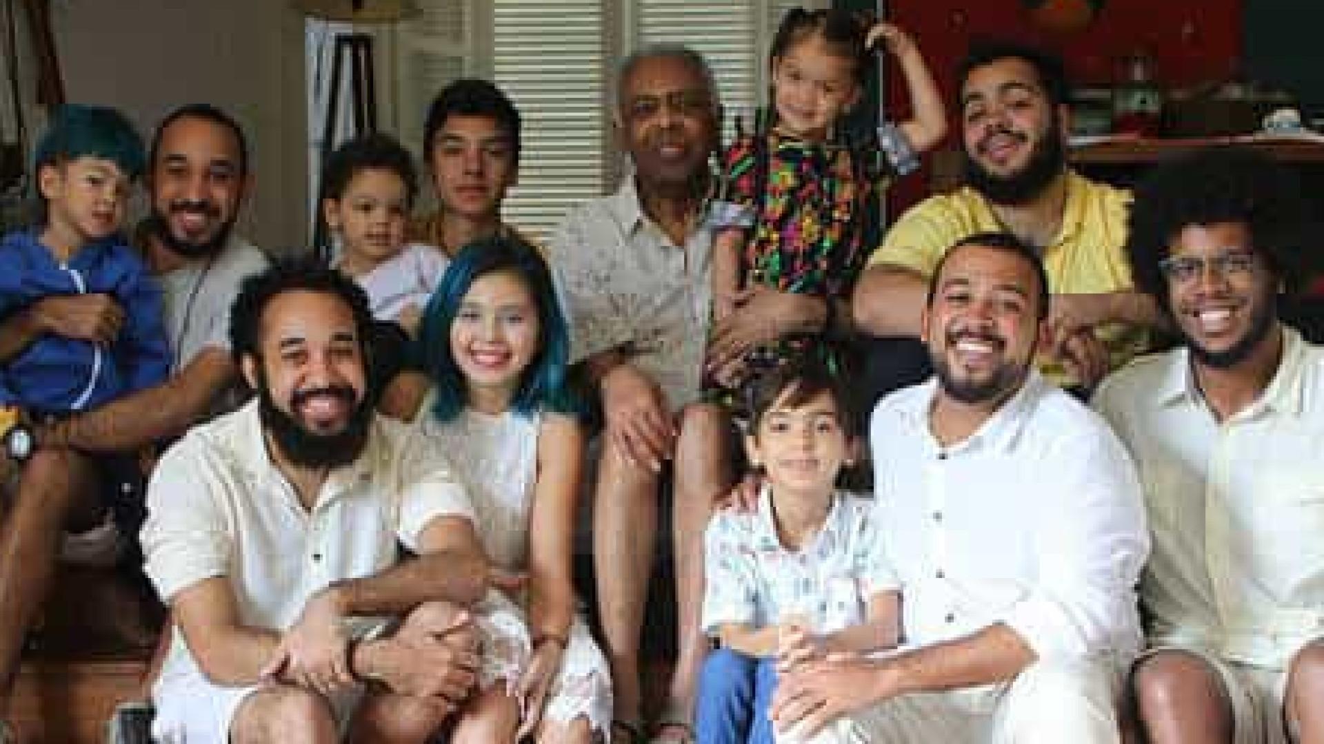 Gilberto Gil celebra dia com foto ao lado dos netos e da bisneta