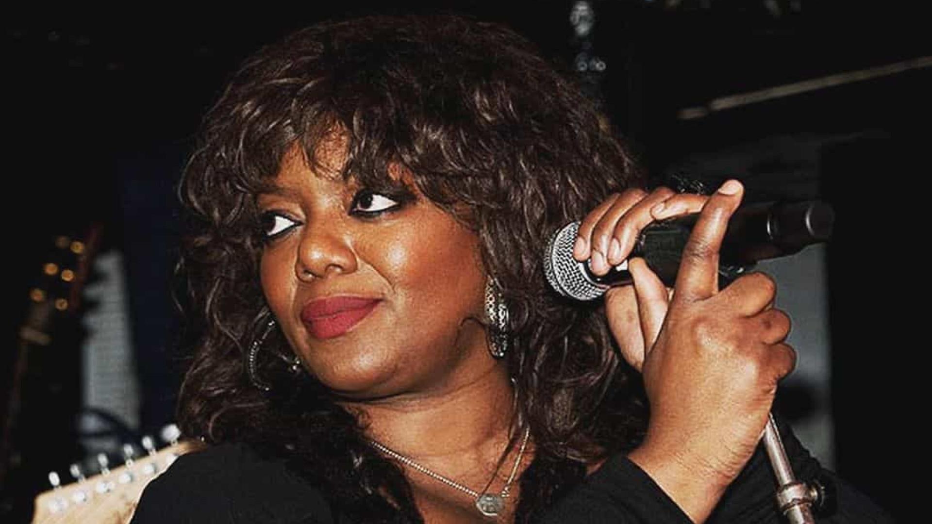 Cantora Denise Johnson, de Primal Scream e New Order, morre aos 53 anos