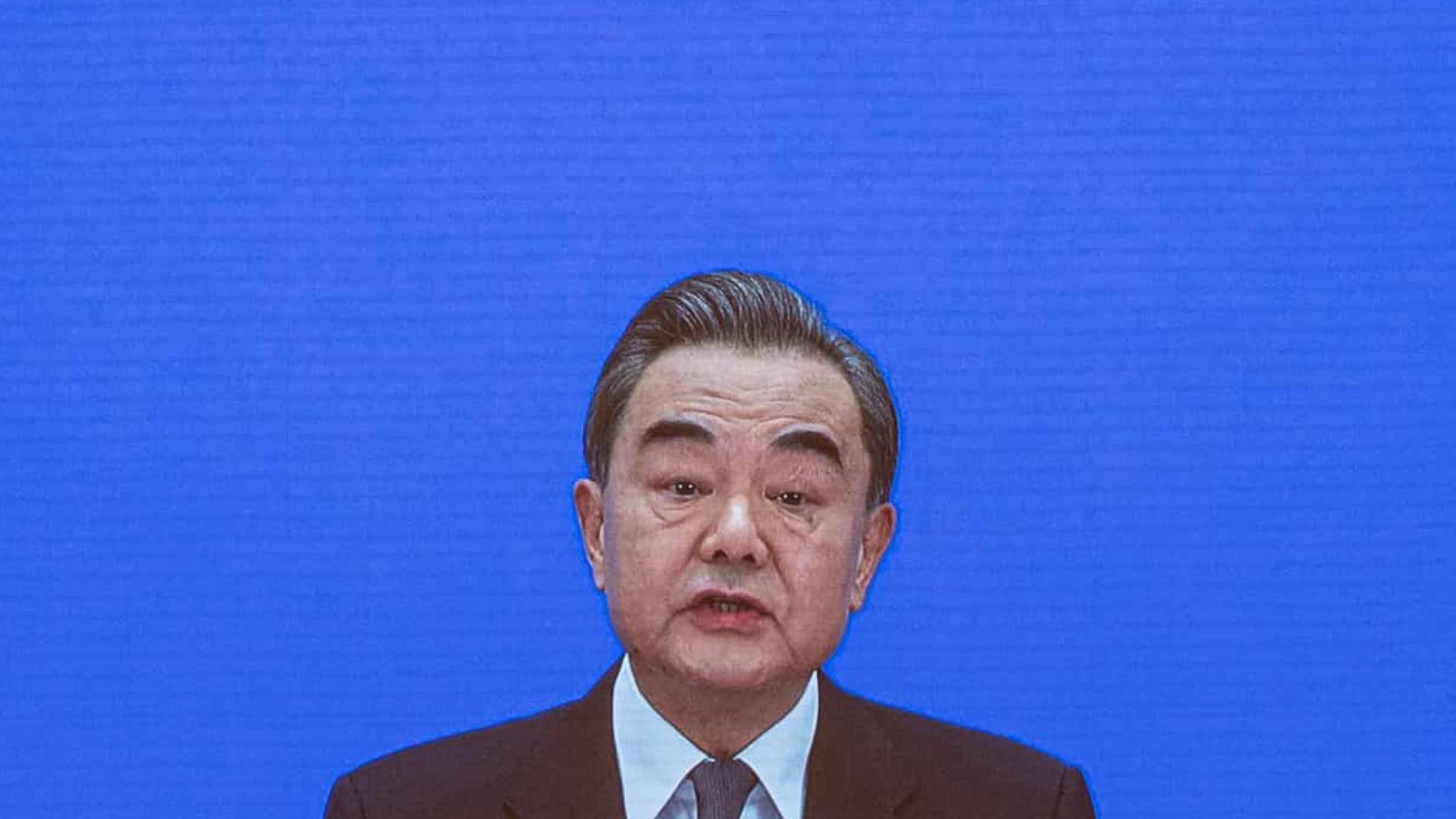 """Pequim diz que responderá """"firme"""" e """"racionalmente"""" a ataques dos EUA"""