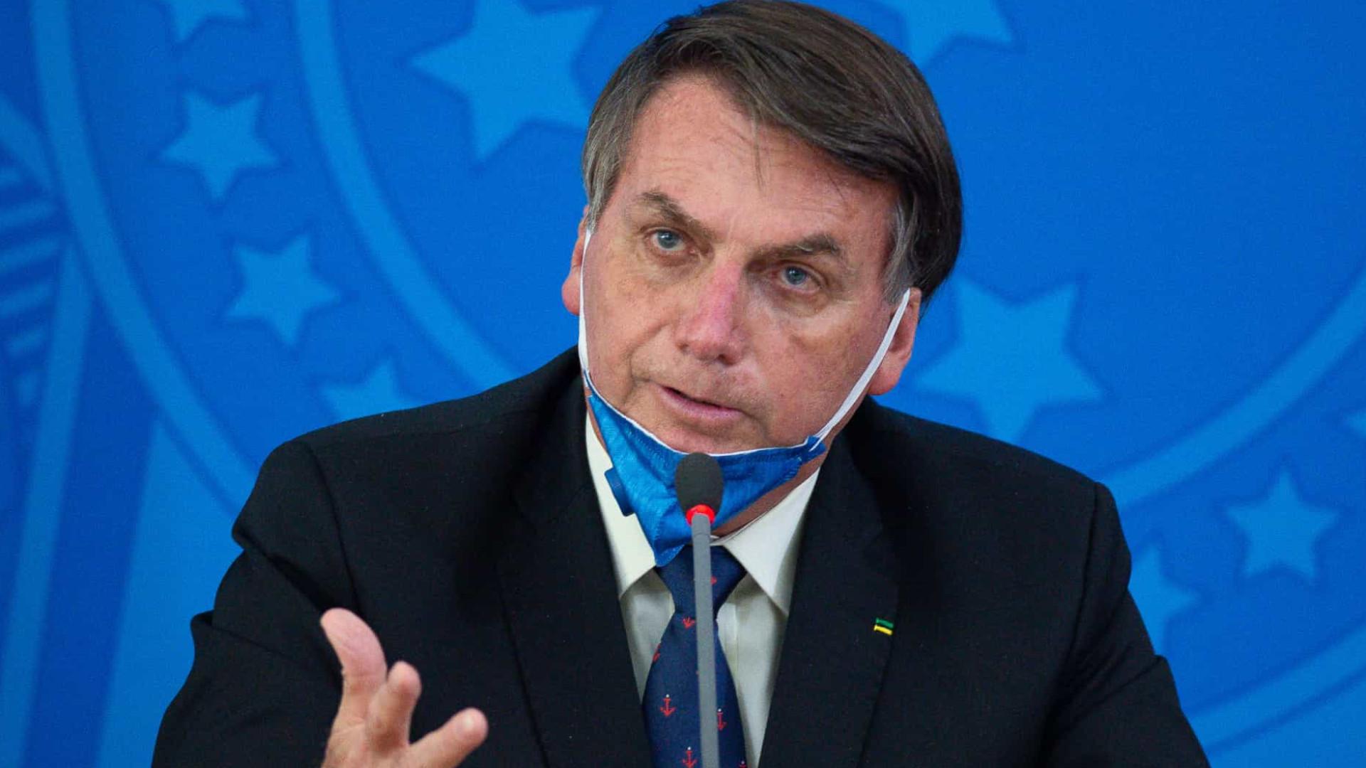 Bolsonaro causa aglomeração e tira máscara em viagem após isolamento
