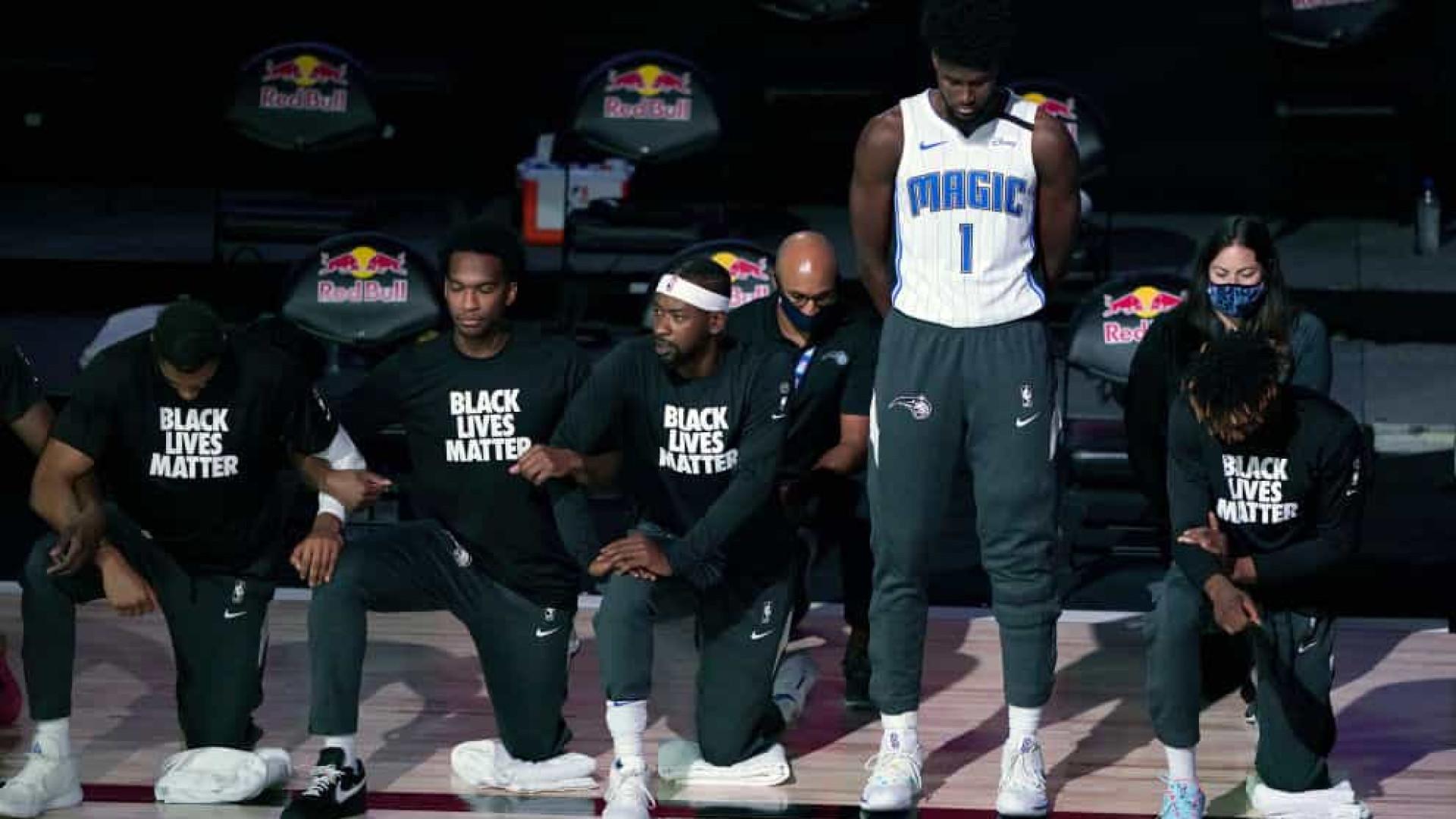 Ala-pivô do Magic é o 1º jogador da bolha da NBA a não se ajoelhar
