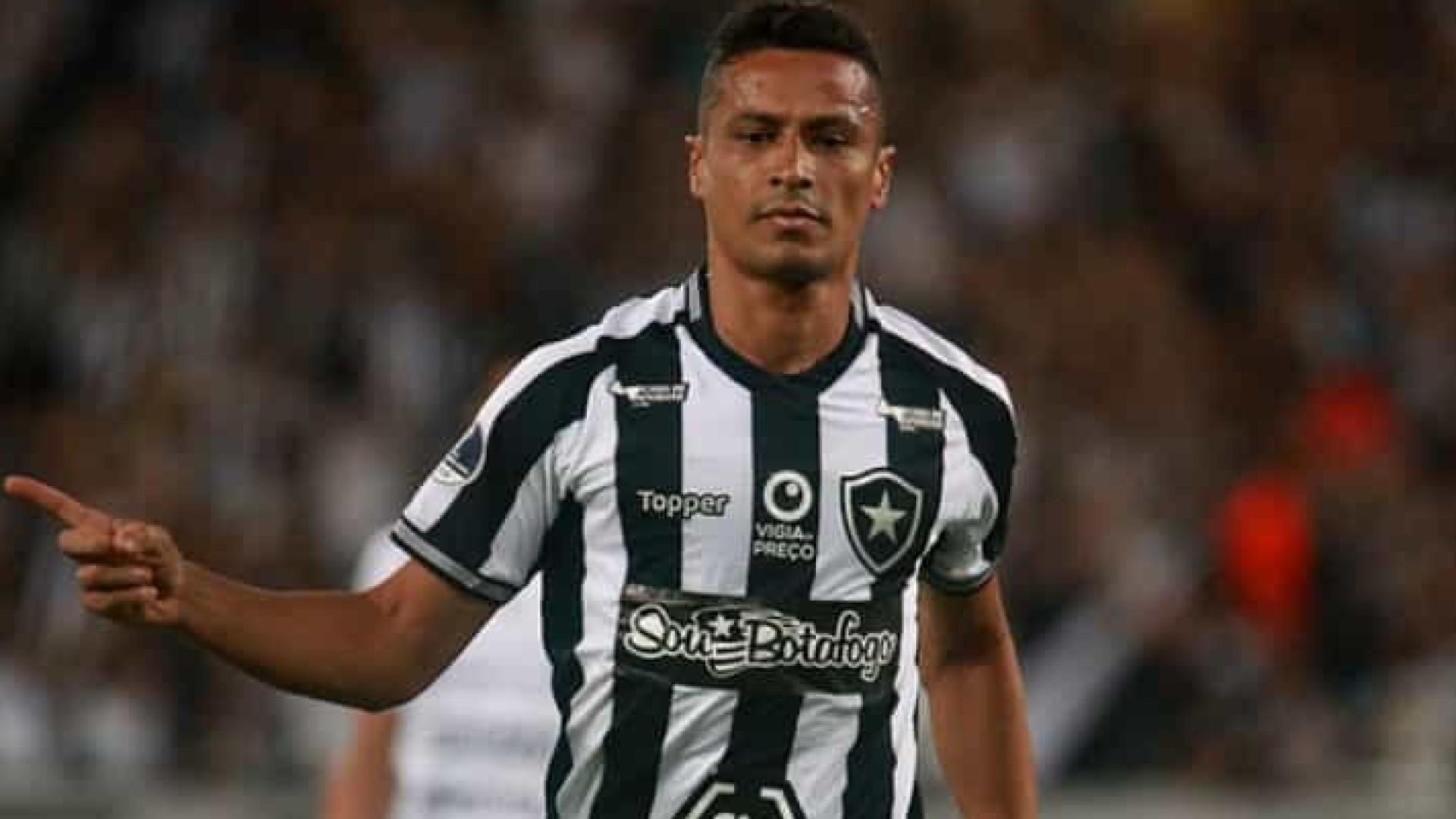 Cícero e técnico sub-20 do Botafogo são diagnosticados com covid-19