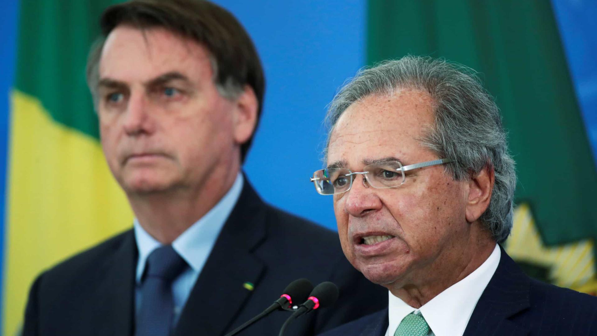 Bolsonaro veta pagamento de duas cotas por vez do auxílio emergencial