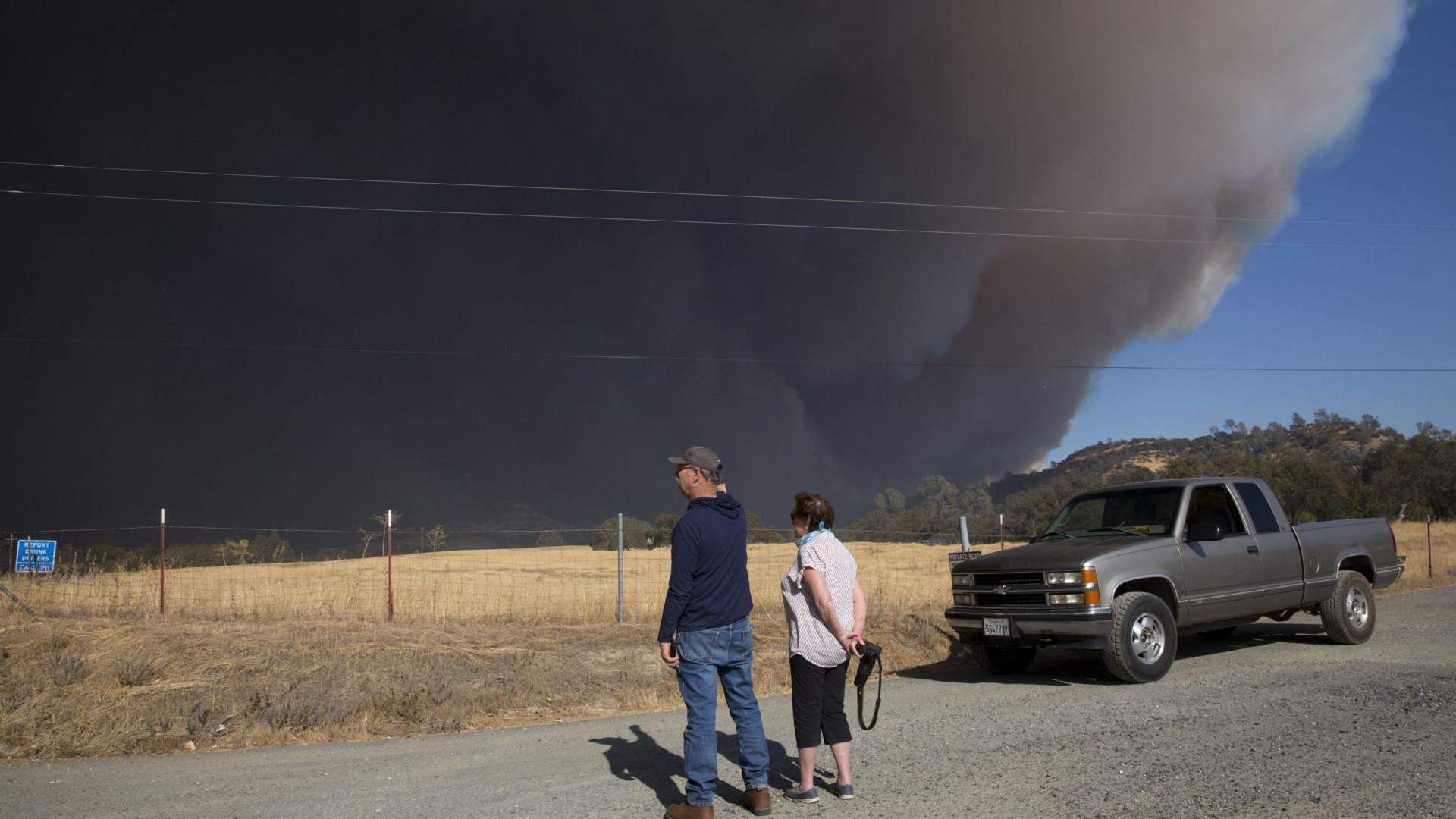 Incêndio: autoridades retiram 30 mil pessoas da Califórnia