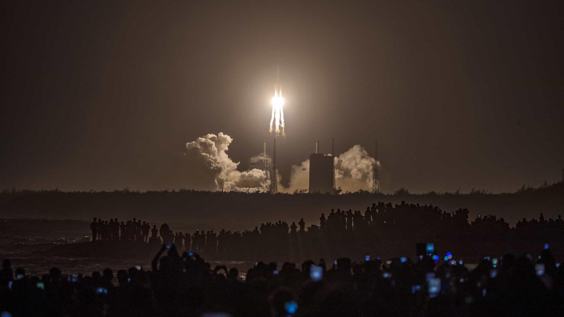 China lança sonda para recolher material da superfície lunar