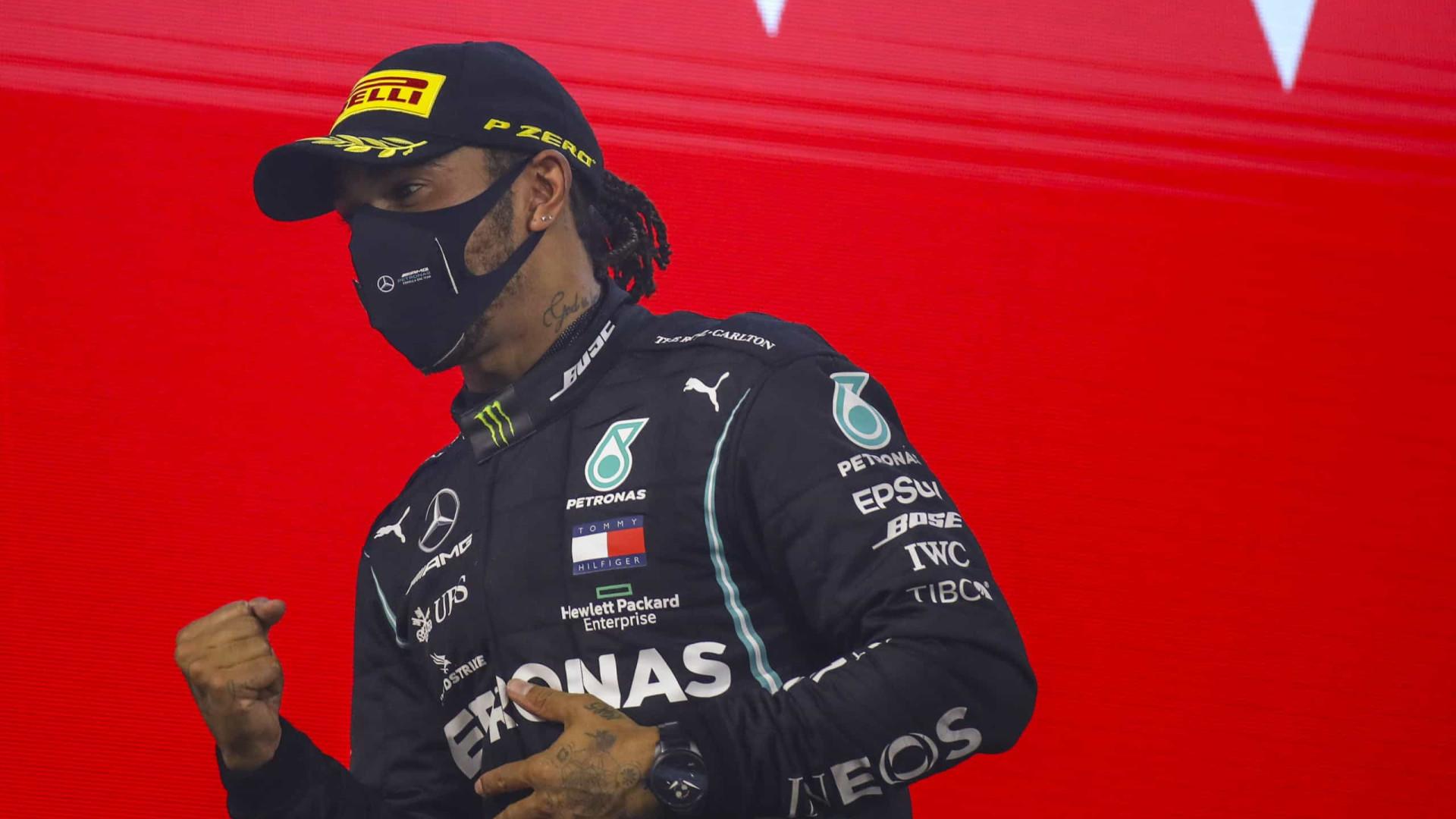 """Covid-19: Lewis Hamilton está com """"sintomas relativamente ligeiros"""""""