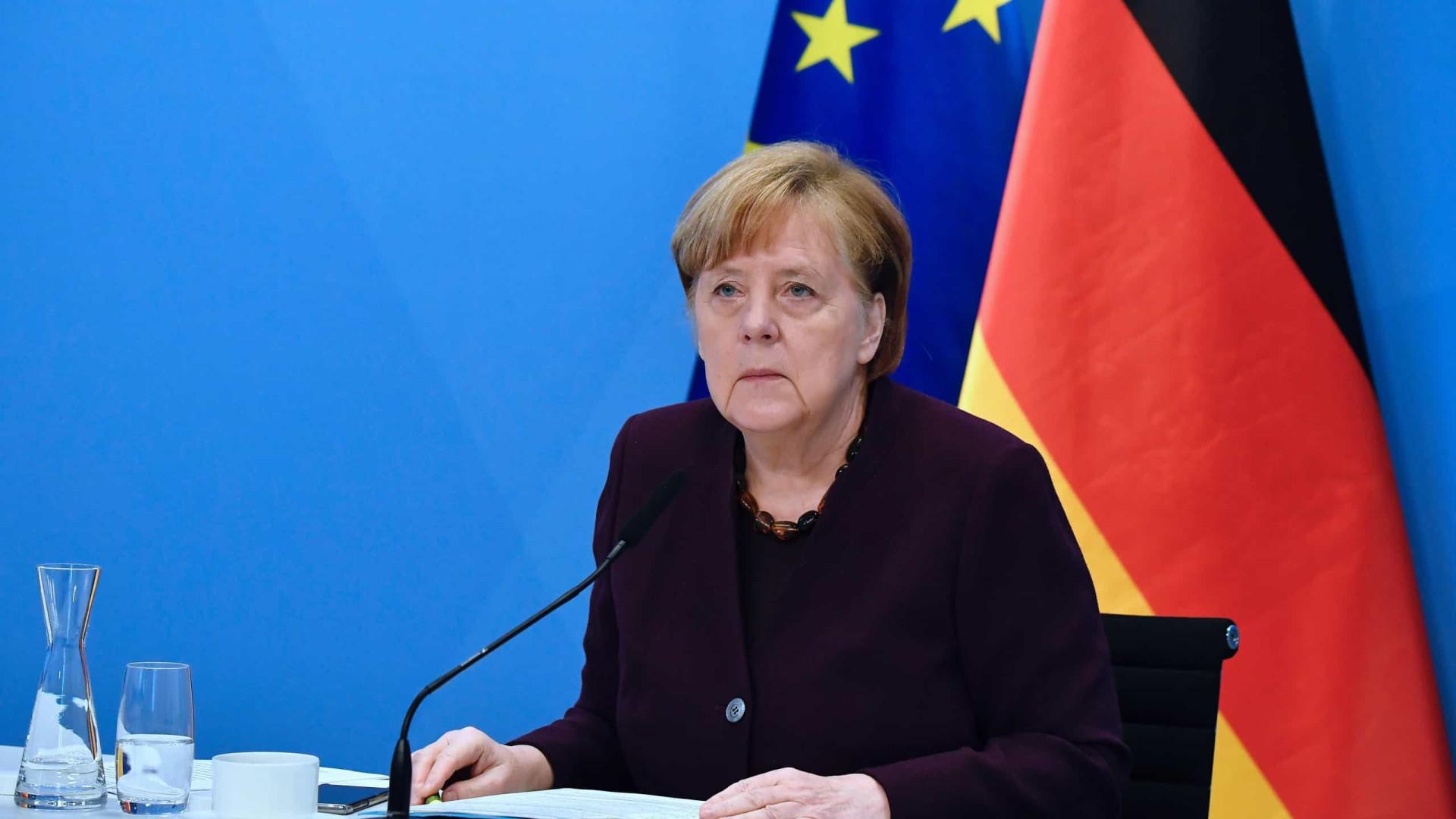 """Merkel admite passaporte de vacinação europeu """"até ao verão"""""""