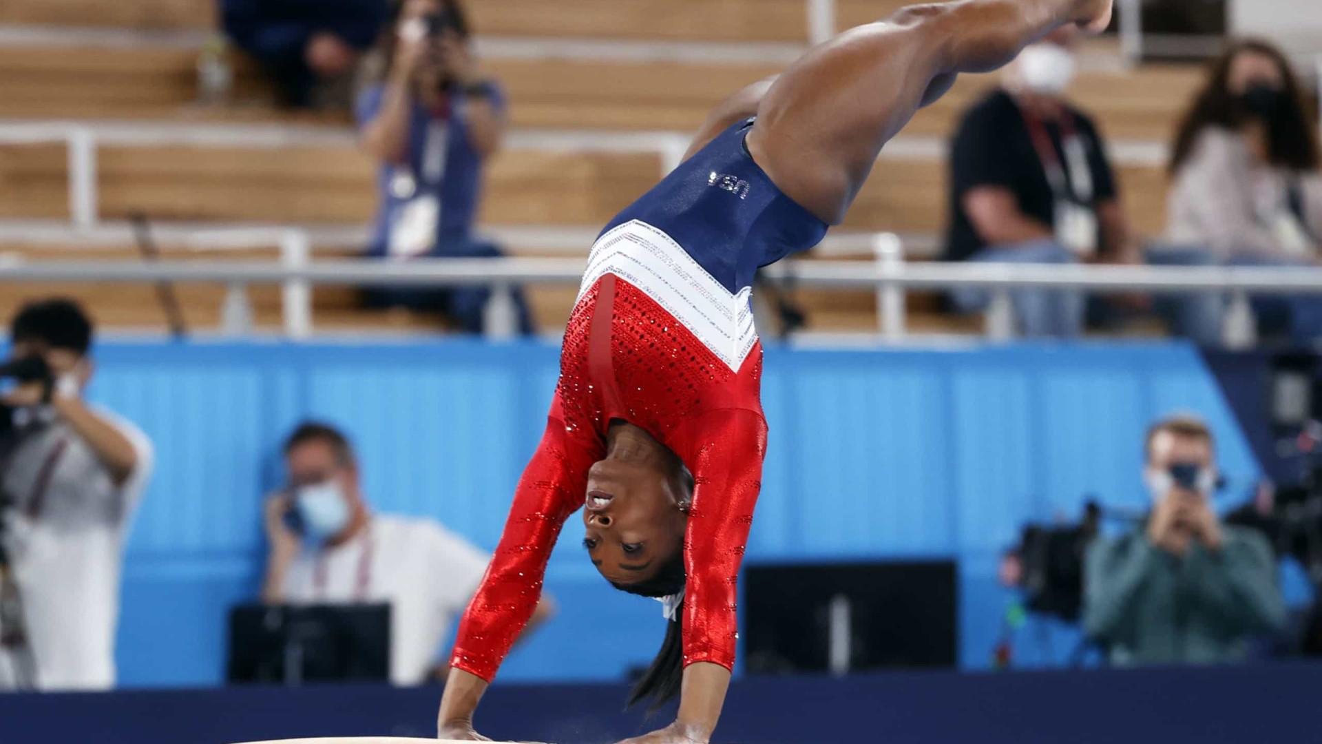 Simone Biles desfalca EUA em plena final por equipes