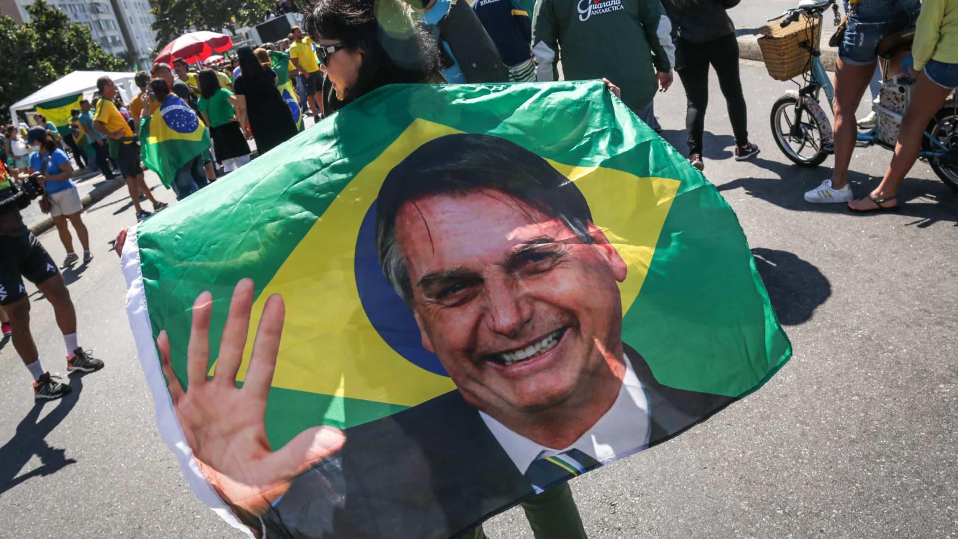 Bolsonaro recebe desfile de tanques em dia de votação sobre voto impresso