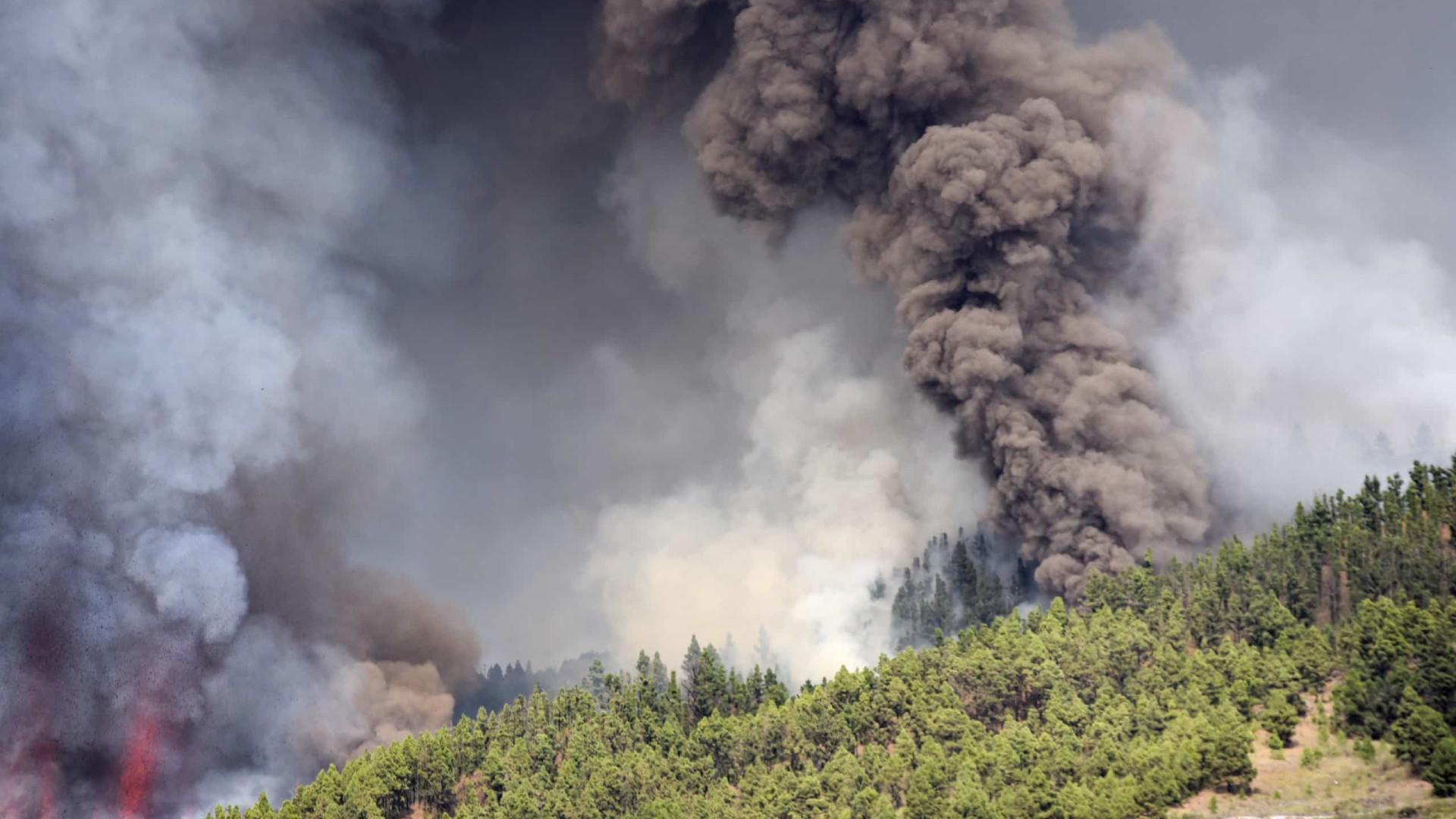 Lava já ameaça as casas mais perto de vulcão em erupção nas Canárias