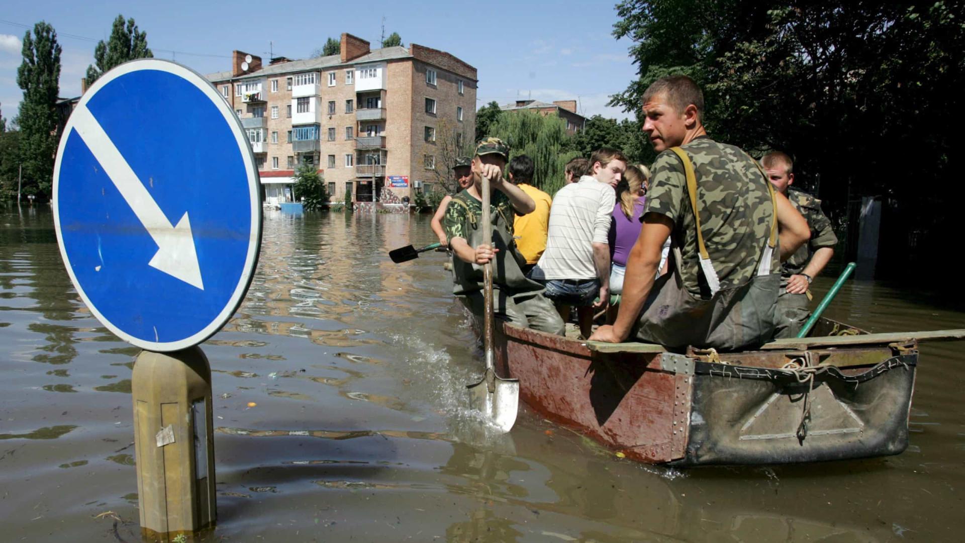 800 ficam desalojadas e três morrem após inundações na Ucrânia