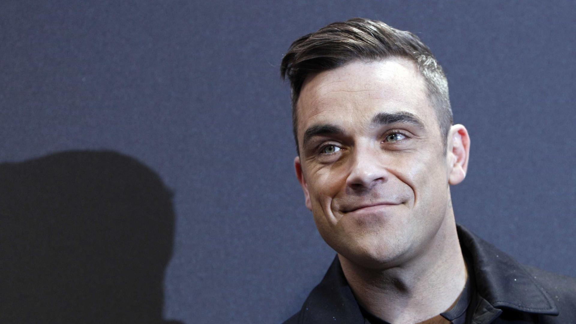 Vídeo: Robbie Williams impressiona fãs em dueto com a filha