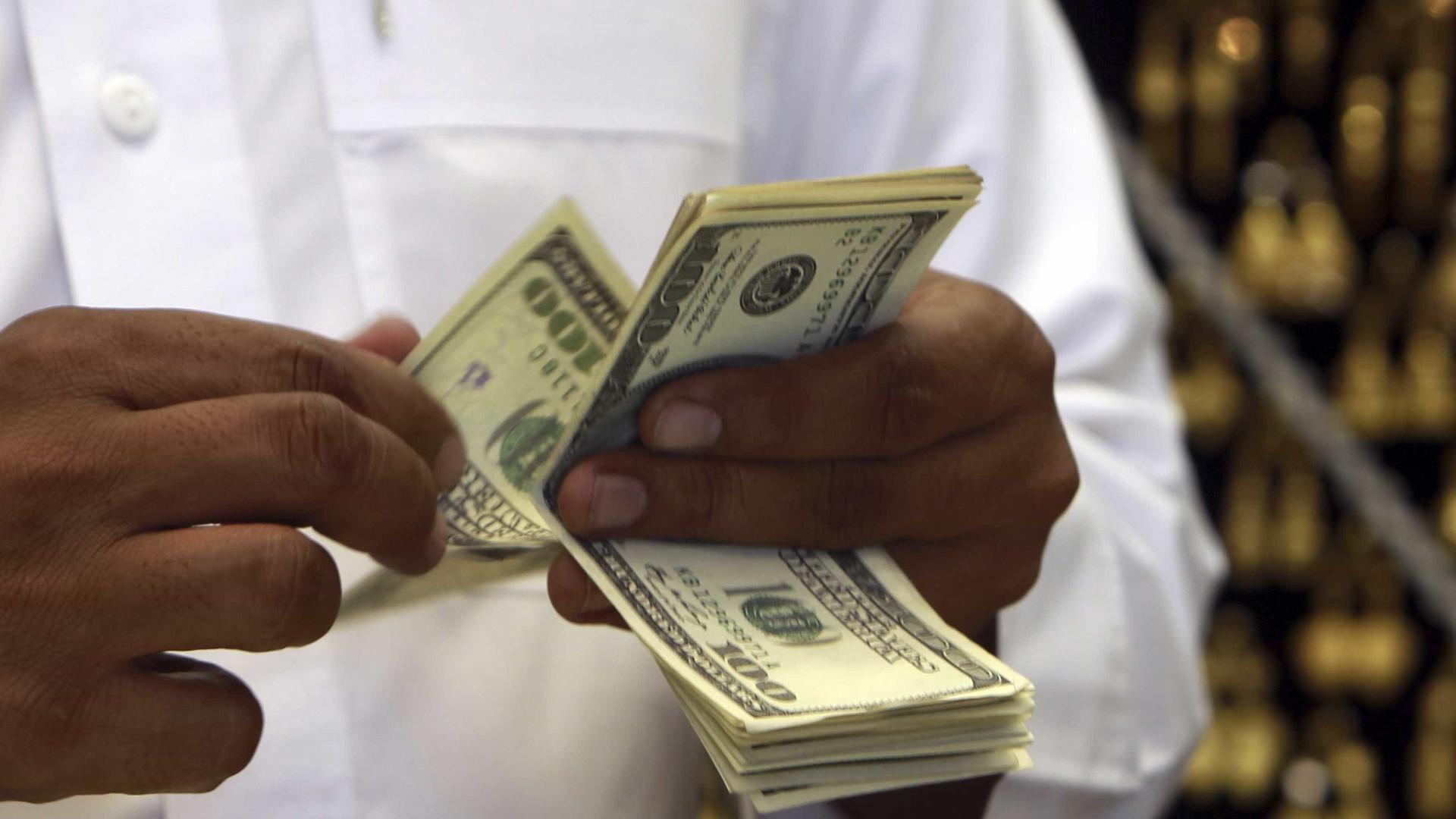 Dólar cai para R$ 4,129 e fecha no menor nível em um mês