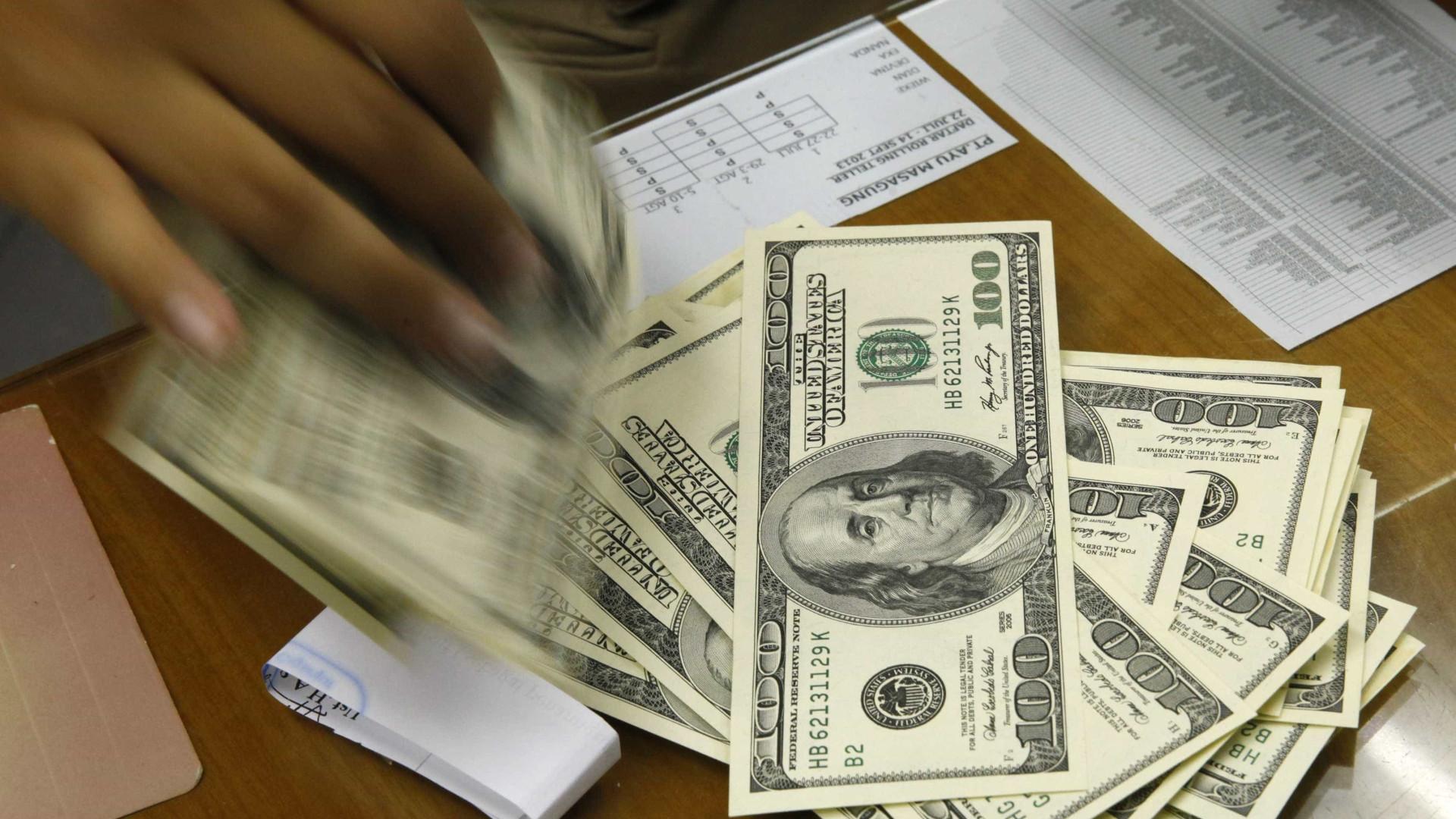 Bolsa sobe quase 10%, e dólar cai em dia de recuperação