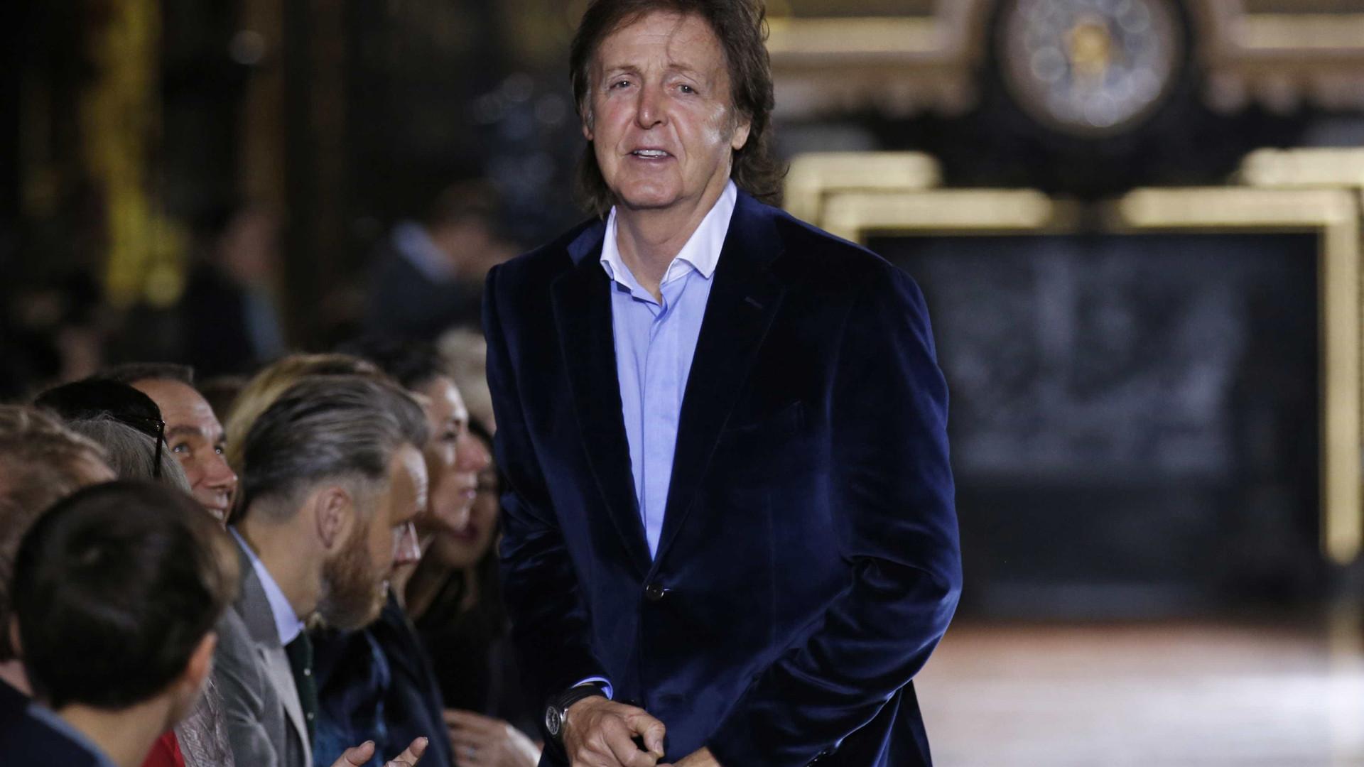 Paul McCartney surpreende fãs com show em estação de trem em Nova York