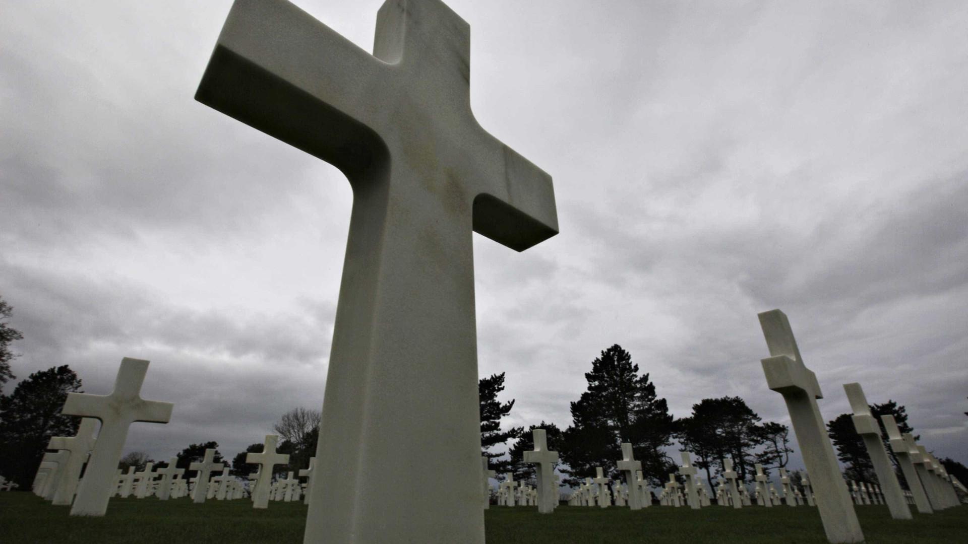 Vândalos abrem sepultura de cemitério em Bauru e espalham ossos