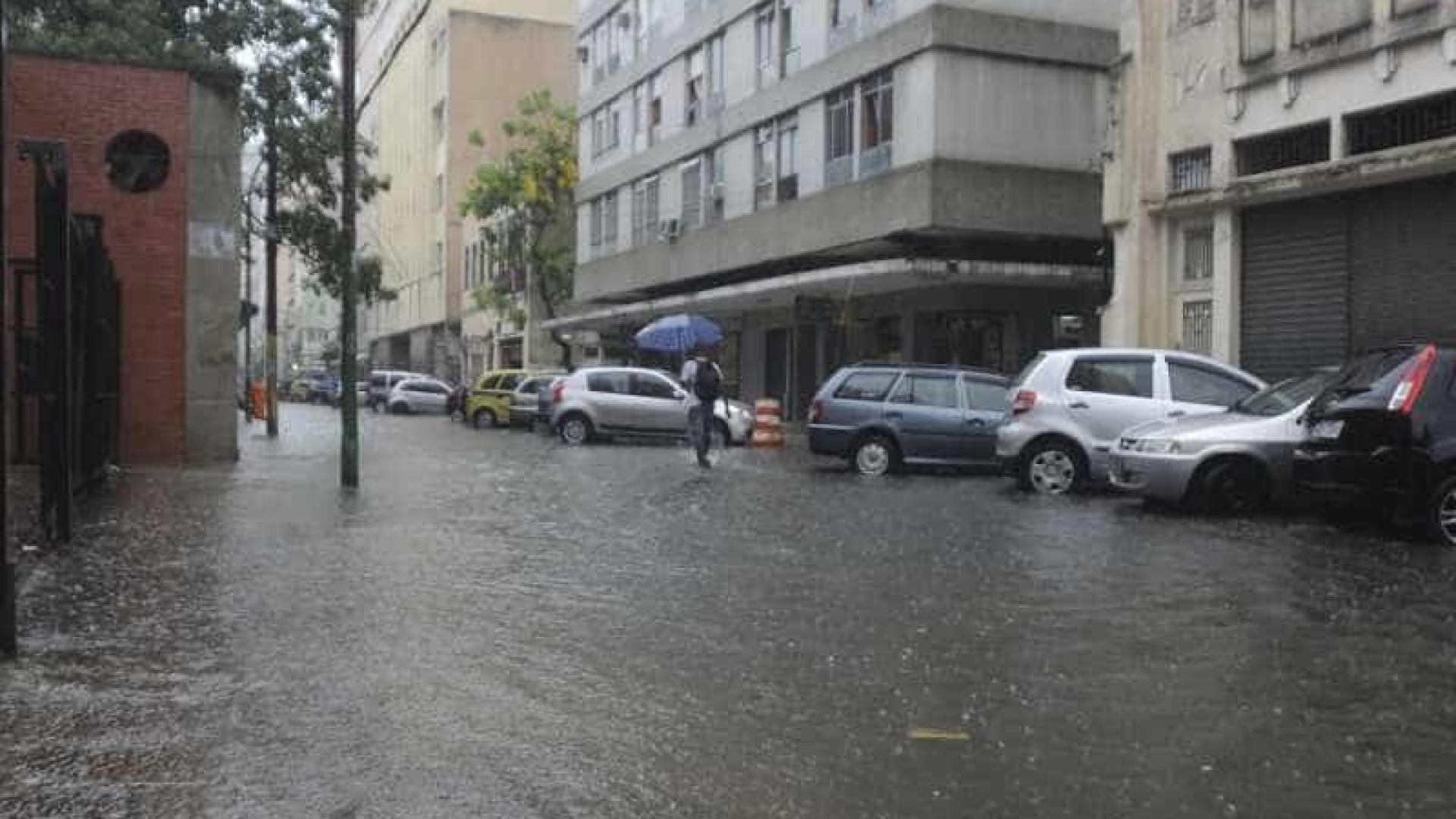 Chuva provoca 77 pontos de alagamento em SP e interdita Marginal Tietê